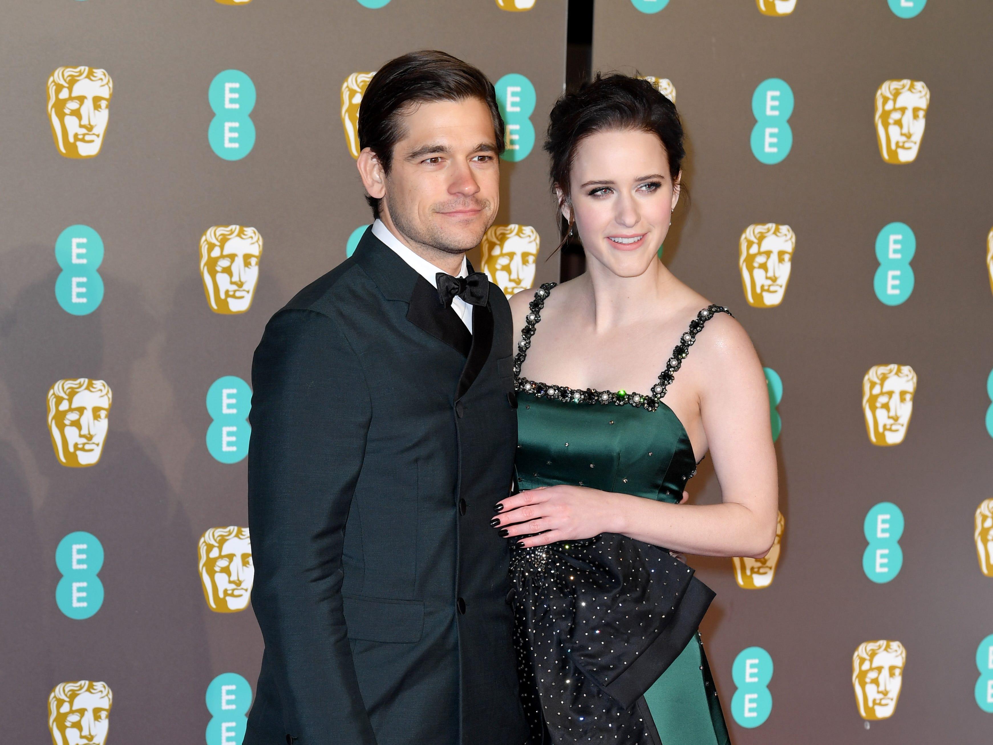Rachel Brosnahan y Jason Ralph a su llegada a la alfombra roja de los Premios de la Academia Británica de Cine BAFTA en el Royal Albert Hall en Londres el 10 de febrero de 2019.