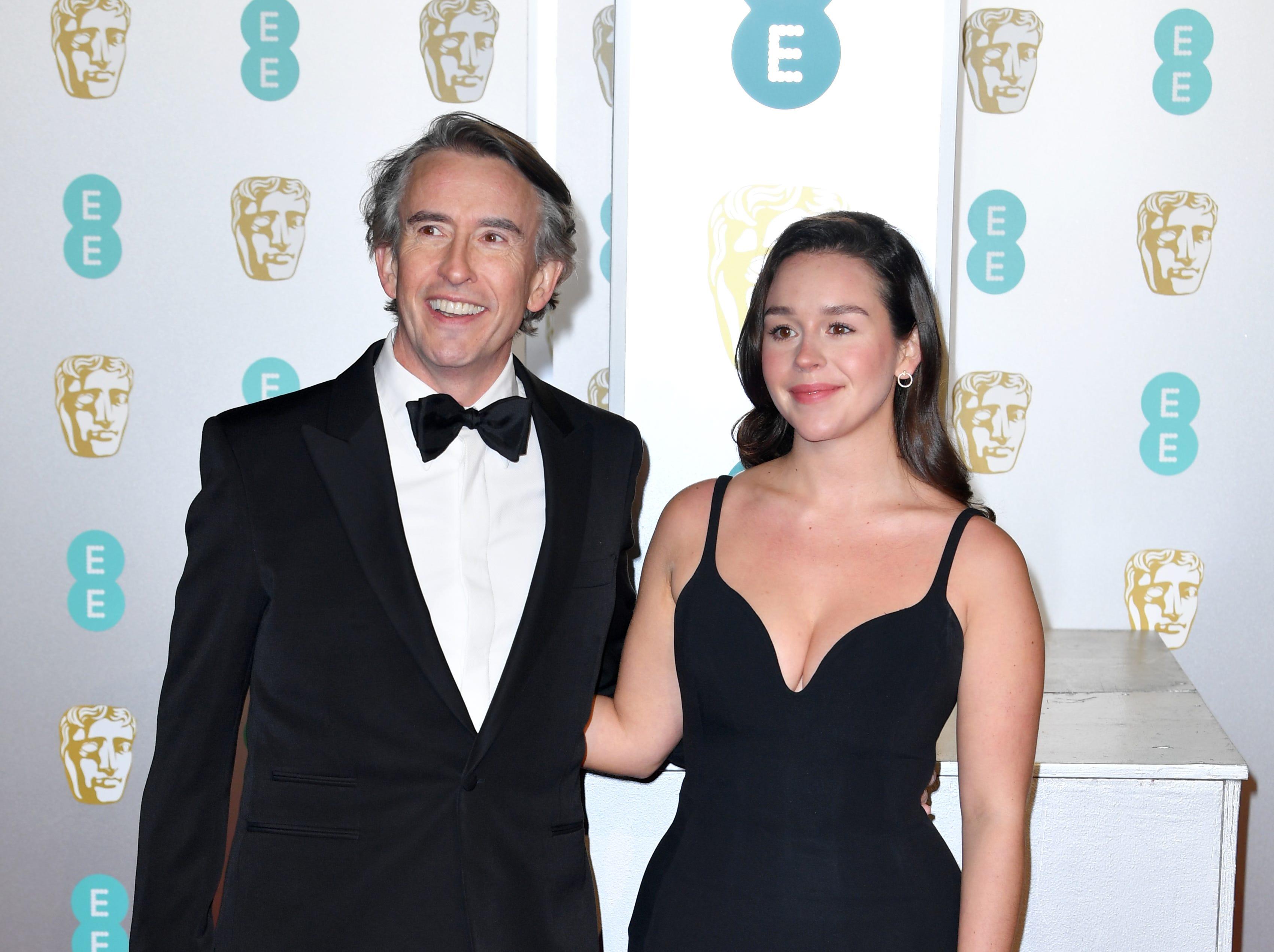 Steve Coogan (izq) a su llegada a la alfombra roja de los Premios de la Academia Británica de Cine BAFTA en el Royal Albert Hall en Londres el 10 de febrero de 2019.