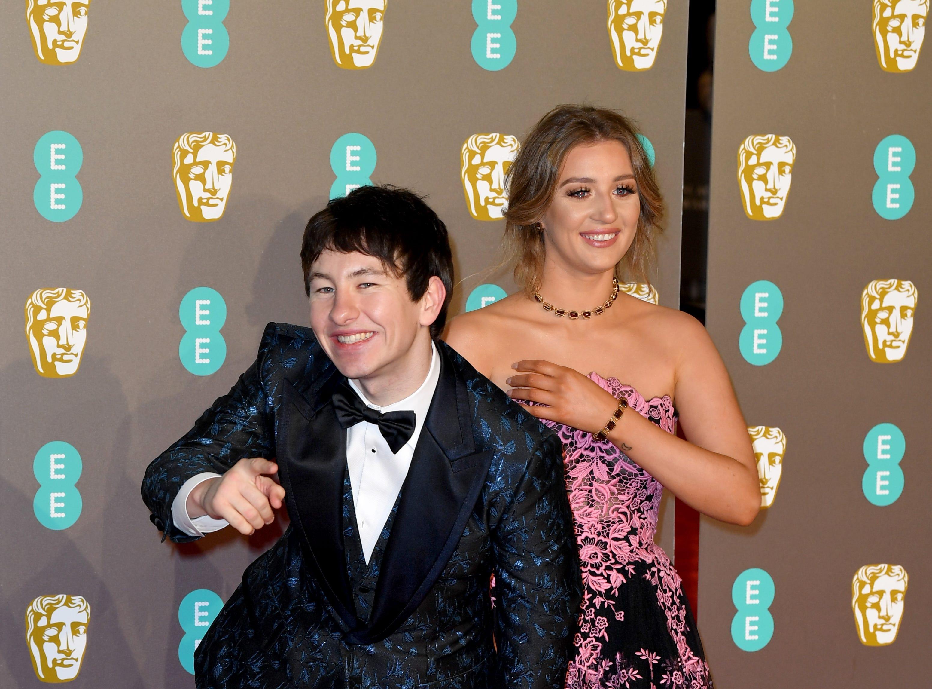 Barry Keoghan (izq) a su llegada a la alfombra roja de los Premios de la Academia Británica de Cine BAFTA en el Royal Albert Hall en Londres el 10 de febrero de 2019.