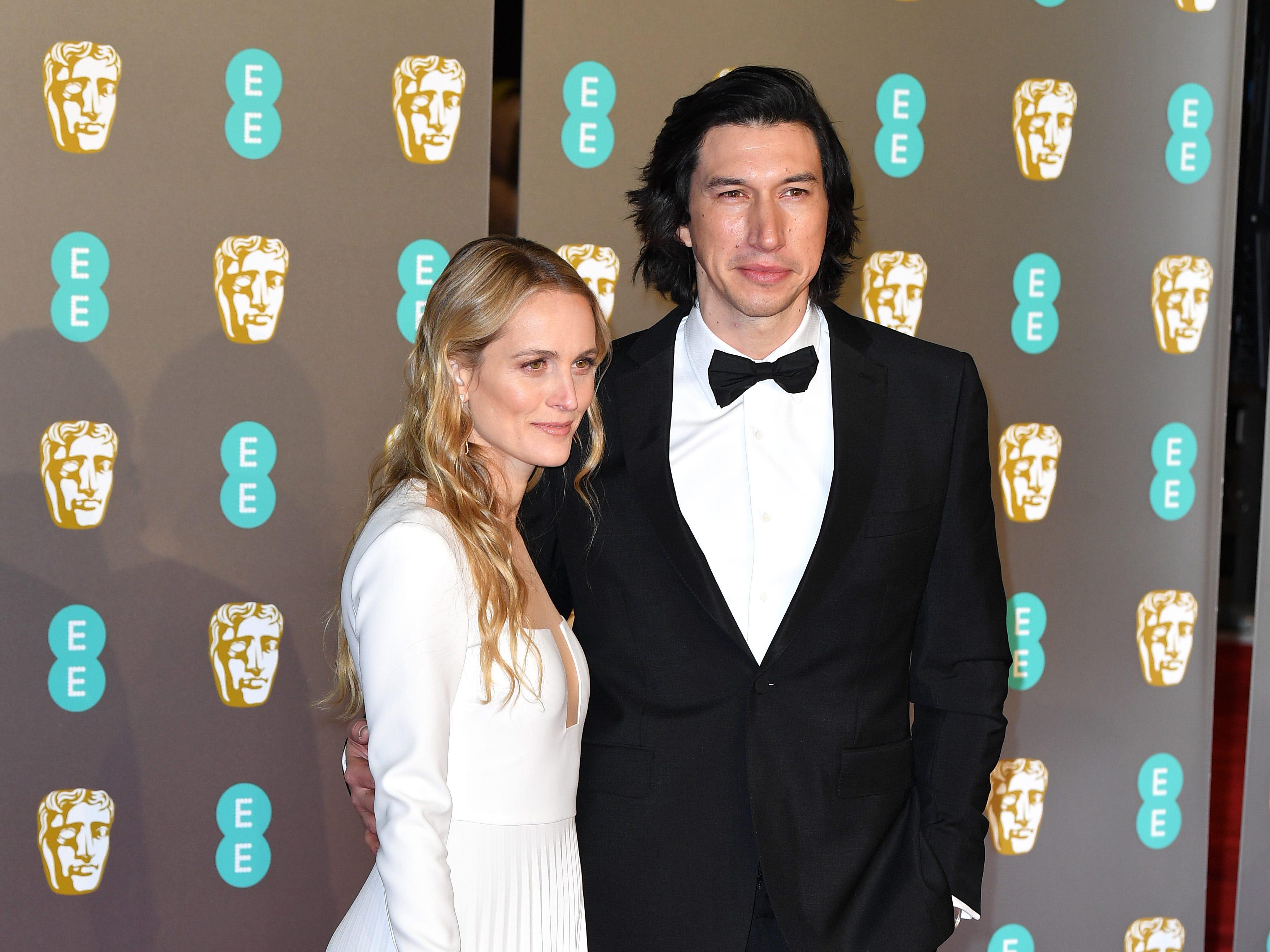 Adam Driver (izq) y Joanne Tucker a su llegada a la alfombra roja de los Premios de la Academia Británica de Cine BAFTA en el Royal Albert Hall en Londres el 10 de febrero de 2019.