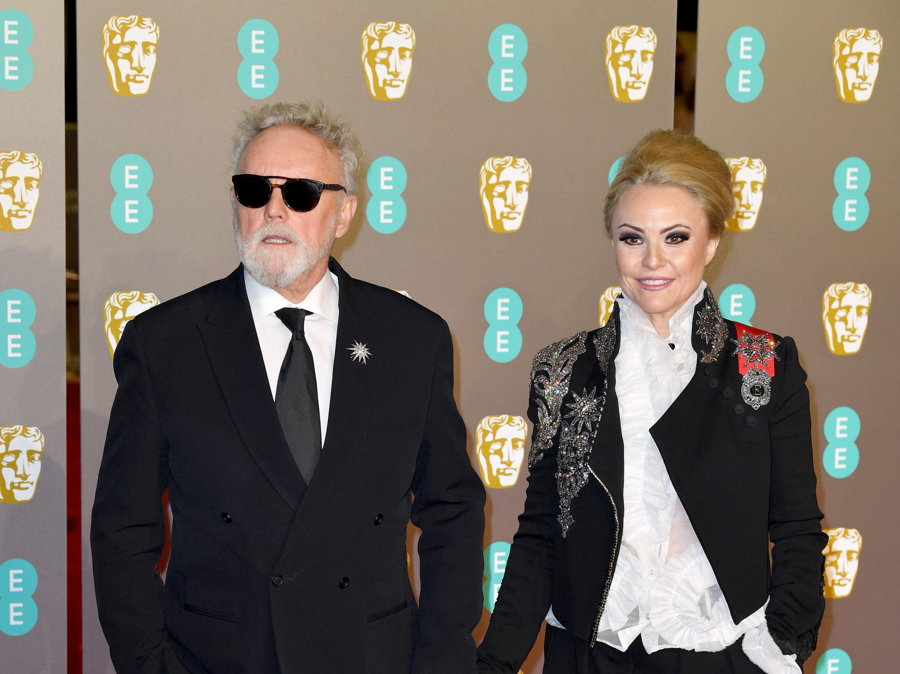Roger Taylor (izq) y Sarina Potgieter a su llegada a la alfombra roja de los Premios de la Academia Británica de Cine BAFTA en el Royal Albert Hall en Londres el 10 de febrero de 2019.