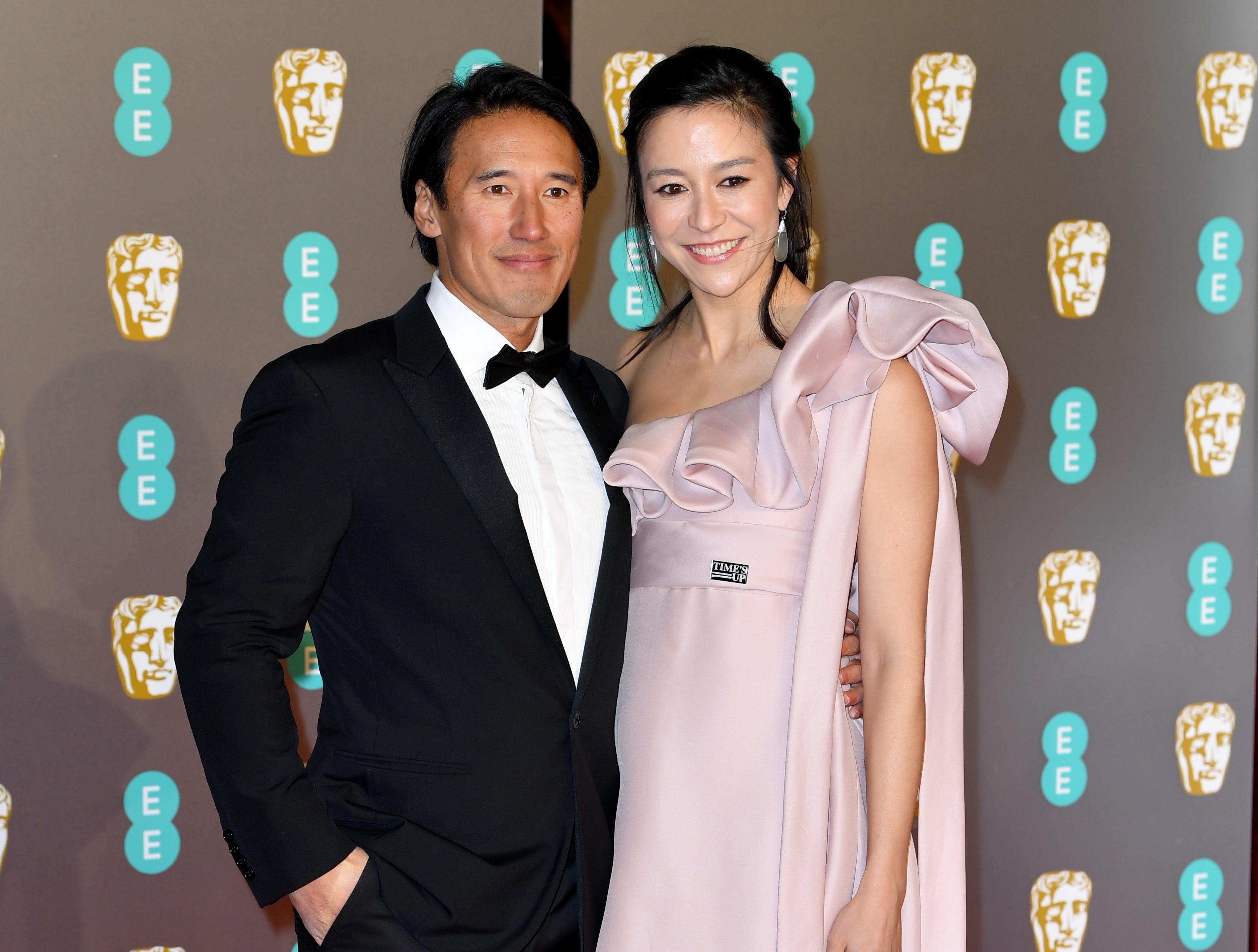 Jimmy Chin (izq) y Elizabeth Chai Vasarhelyi a su llegada a la alfombra roja de los Premios de la Academia Británica de Cine BAFTA en el Royal Albert Hall en Londres el 10 de febrero de 2019.