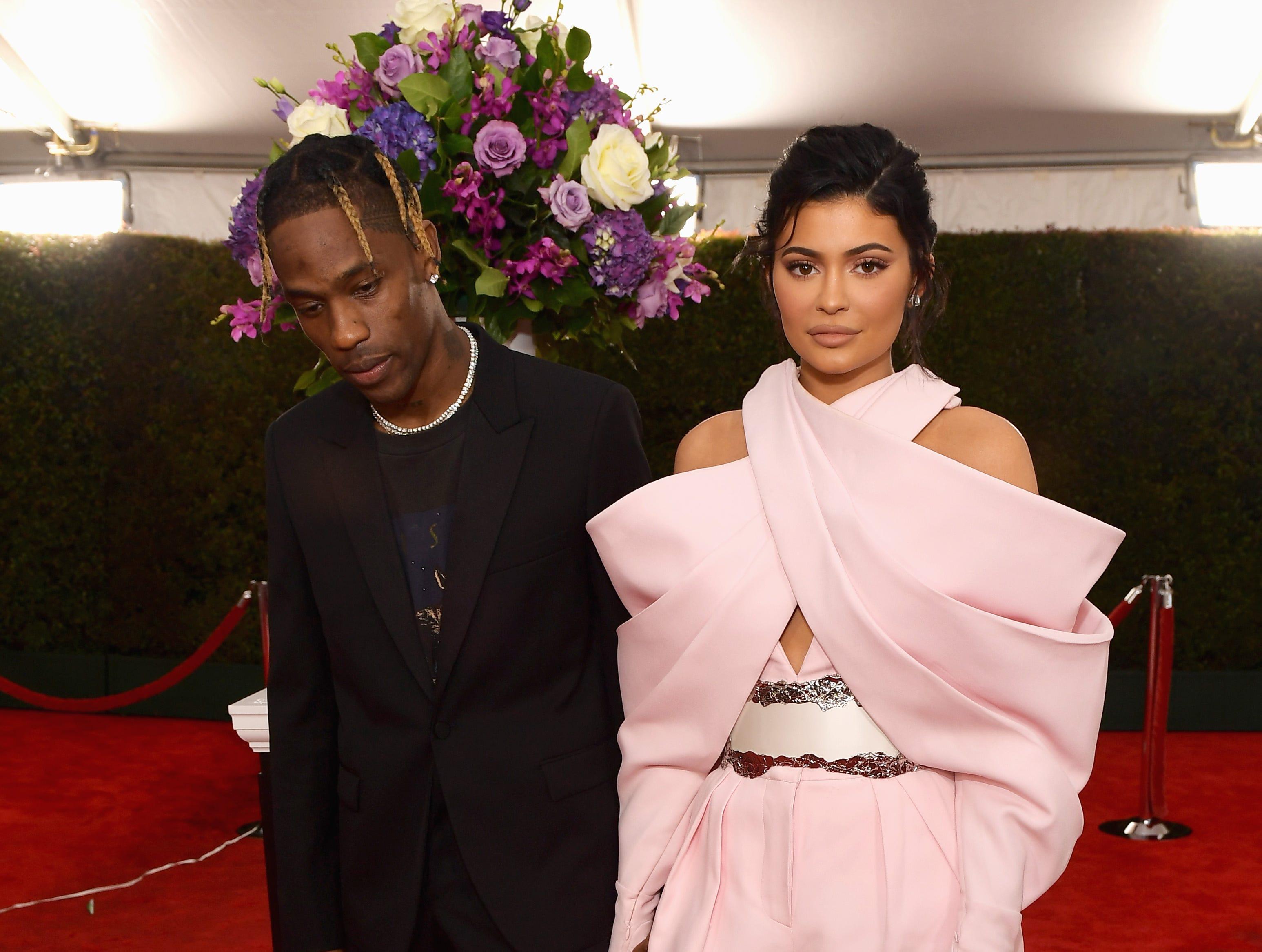 Travis Scott (izq) y Kylie Jenner asisten a la 61ª edición de los premios GRAMMY en el Staples Center el 10 de febrero de 2019 en Los Ángeles, California.