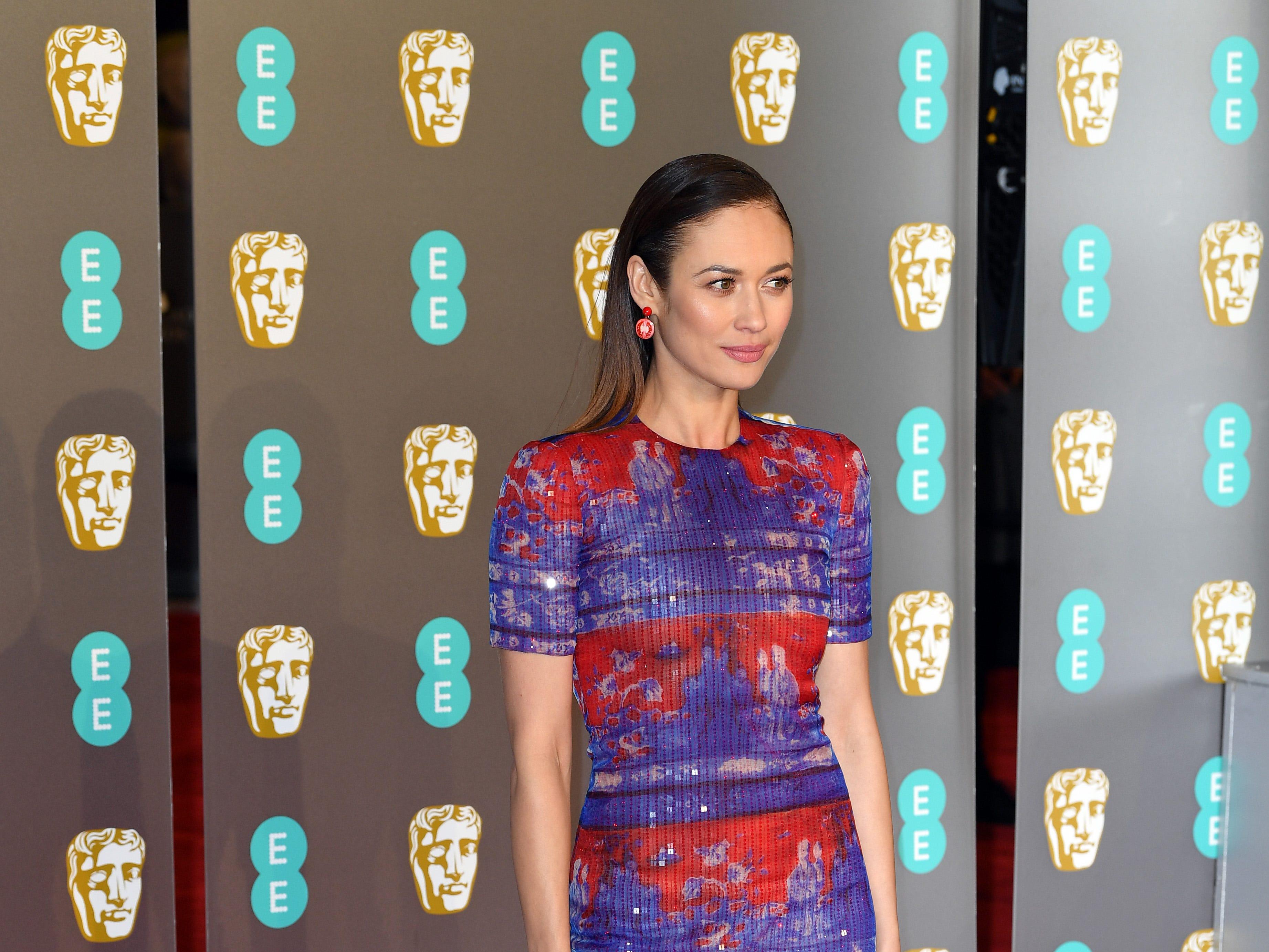 Olga Kurylenko a su llegada a la alfombra roja de los Premios de la Academia Británica de Cine BAFTA en el Royal Albert Hall en Londres el 10 de febrero de 2019.