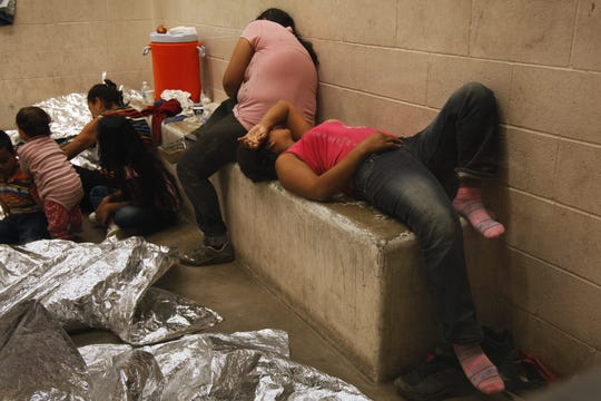 Vista de inmigrantes que han cruzado ilegalmente la frontera, detenidos para ser procesados dentro de una estación de la Patrulla Fronteriza de McAllen, Texas.