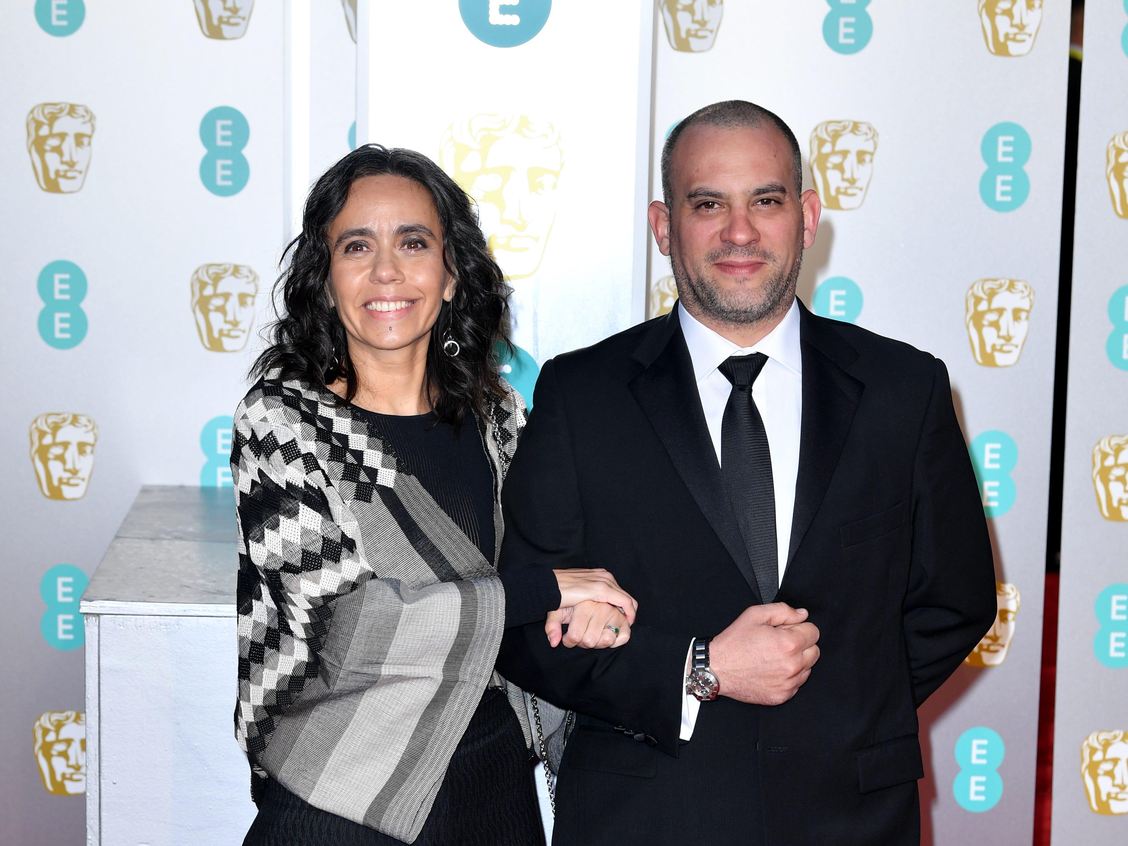 Barbara Enriquez (izqr) a su llegada a la alfombra roja de los Premios de la Academia Británica de Cine BAFTA en el Royal Albert Hall en Londres el 10 de febrero de 2019.