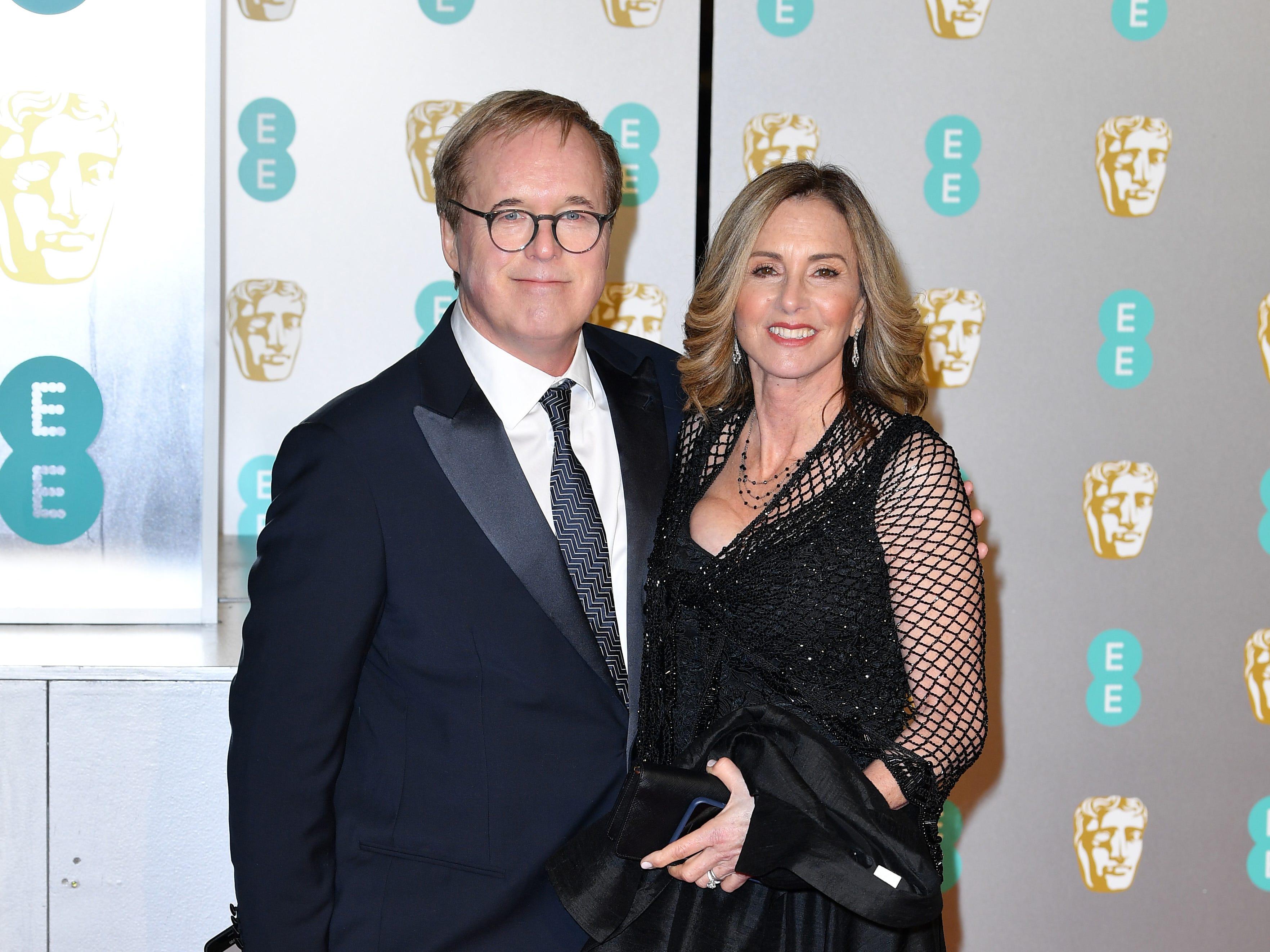Brad Bird  y Elizabeth Canney a su llegada a la alfombra roja de los Premios de la Academia Británica de Cine BAFTA en el Royal Albert Hall en Londres el 10 de febrero de 2019.