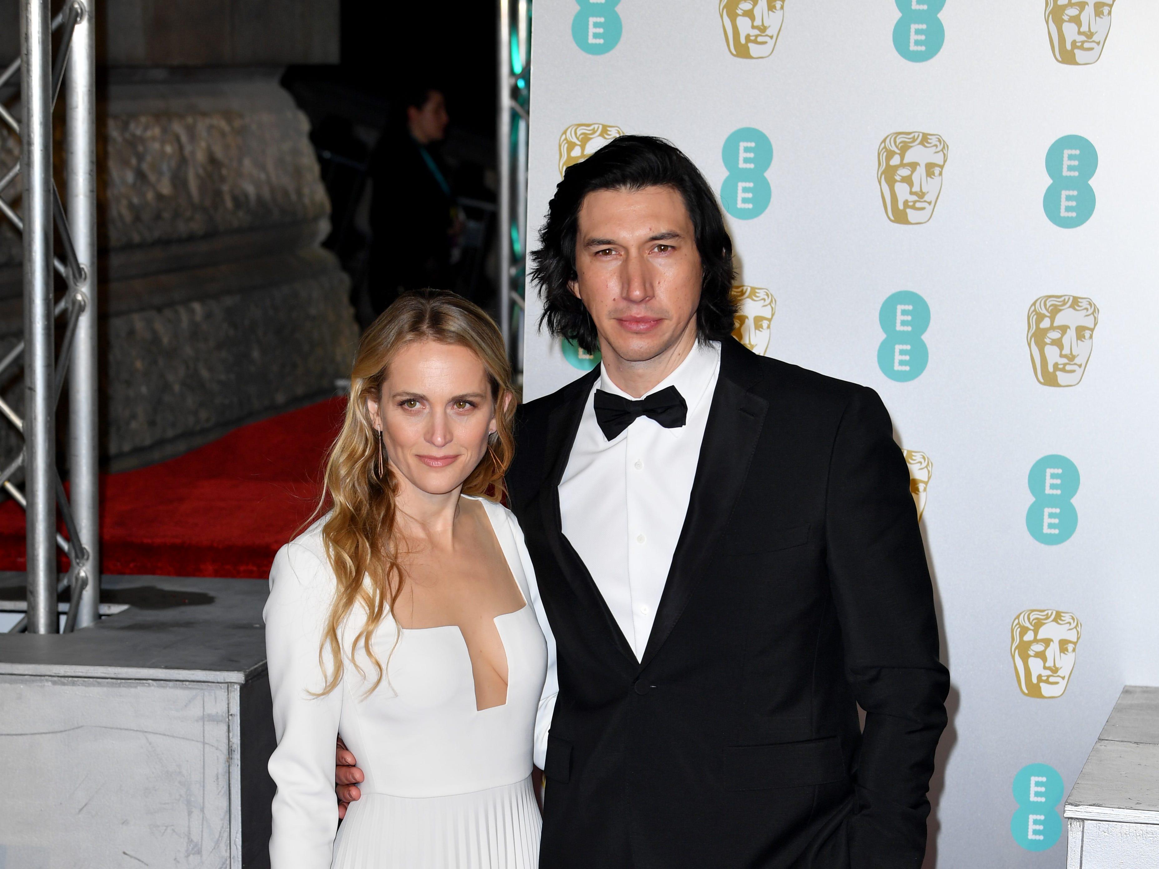 Adam Driver (der) y Joanne Tucker a su llegada a la alfombra roja de los Premios de la Academia Británica de Cine BAFTA en el Royal Albert Hall en Londres el 10 de febrero de 2019.