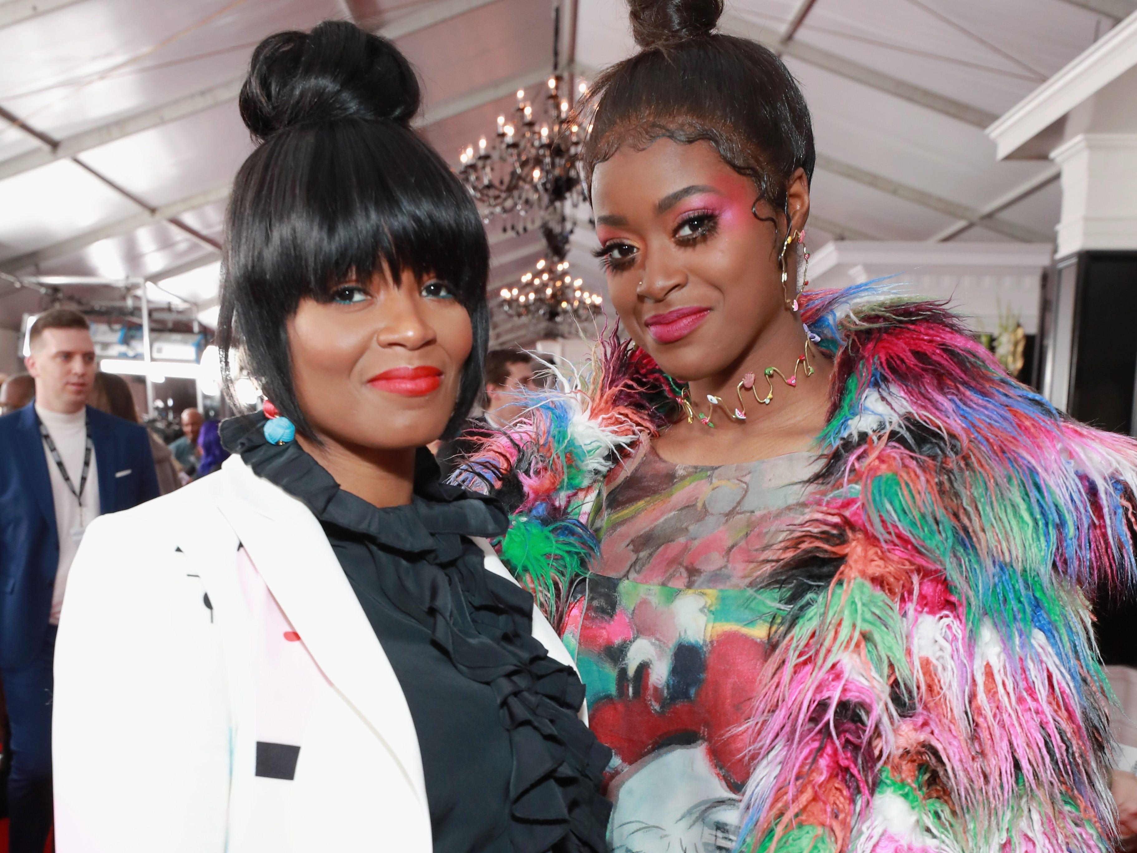 Tierra Whack y una invitada asisten a la 61ª edición de los premios GRAMMY en el Staples Center el 10 de febrero de 2019 en Los Ángeles, California.