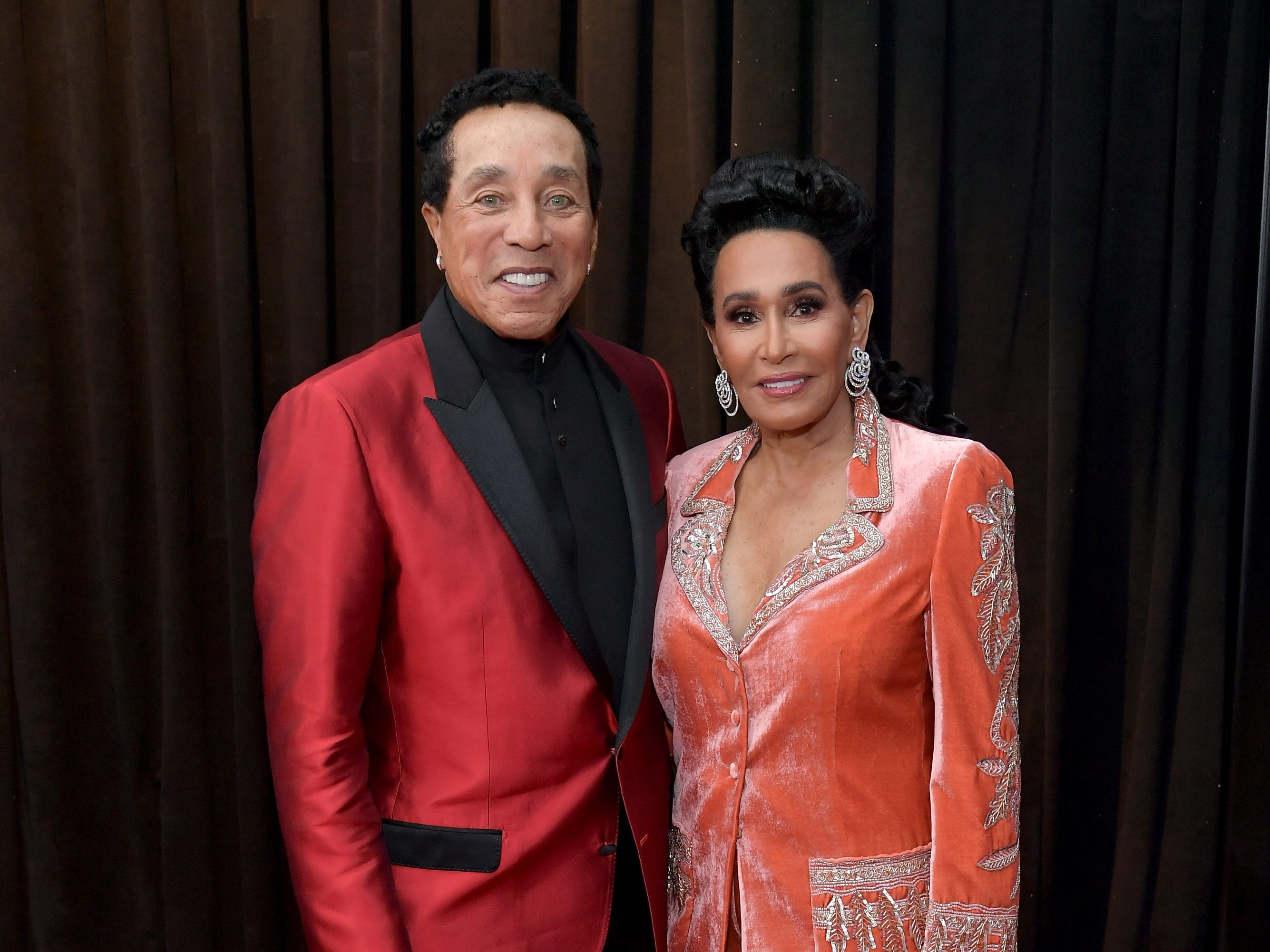Smokey Robinson (izq) y Frances Glandney asisten a la 61ª edición de los premios GRAMMY en el Staples Center el 10 de febrero de 2019 en Los Ángeles, California.