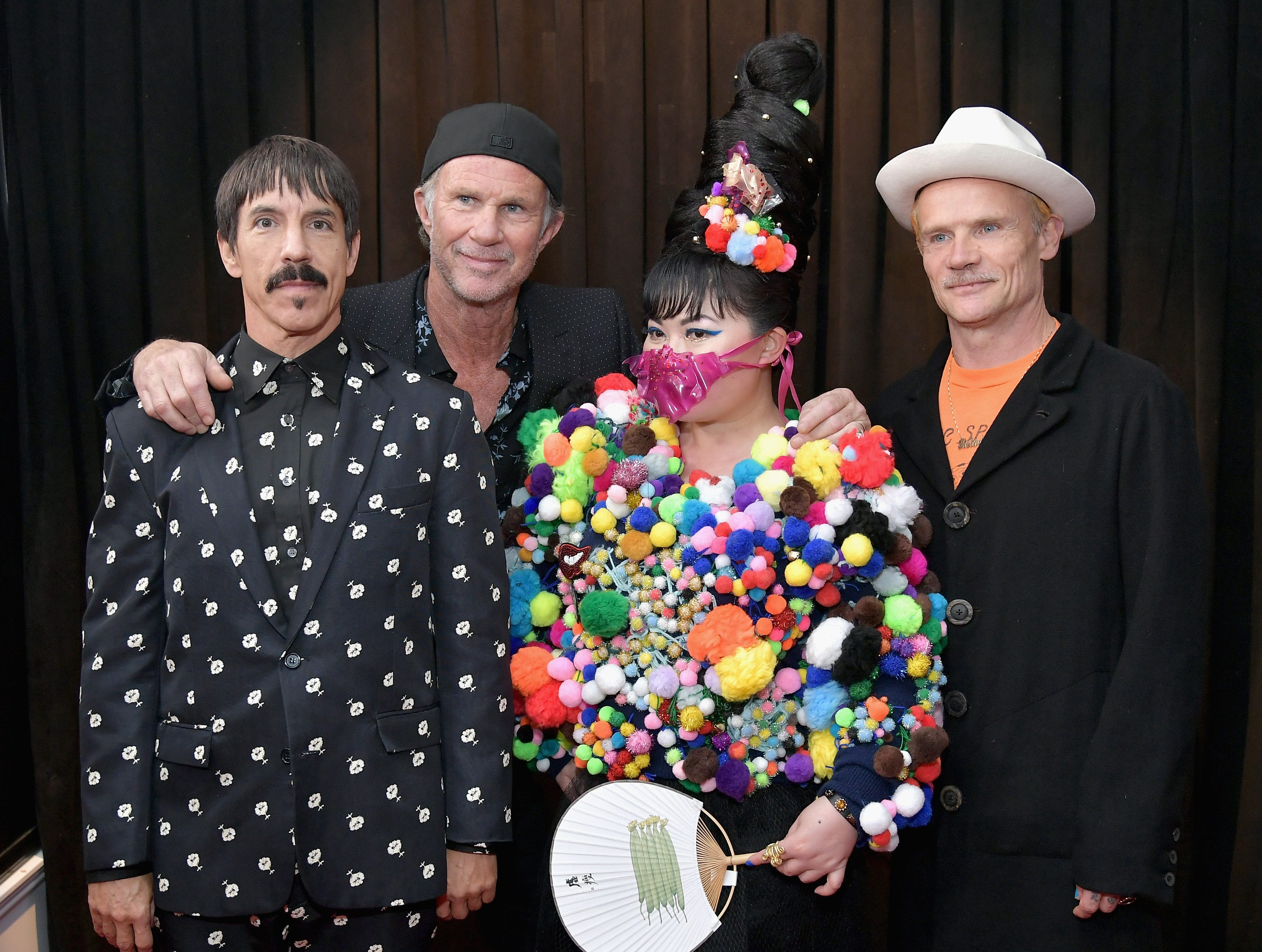 Anthony Kiedis, Chad Smith, y Flea de Red Hot Chili Peppers con Du Yen asisten a la 61ª edición de los premios GRAMMY en el Staples Center el 10 de febrero de 2019 en Los Ángeles, California.