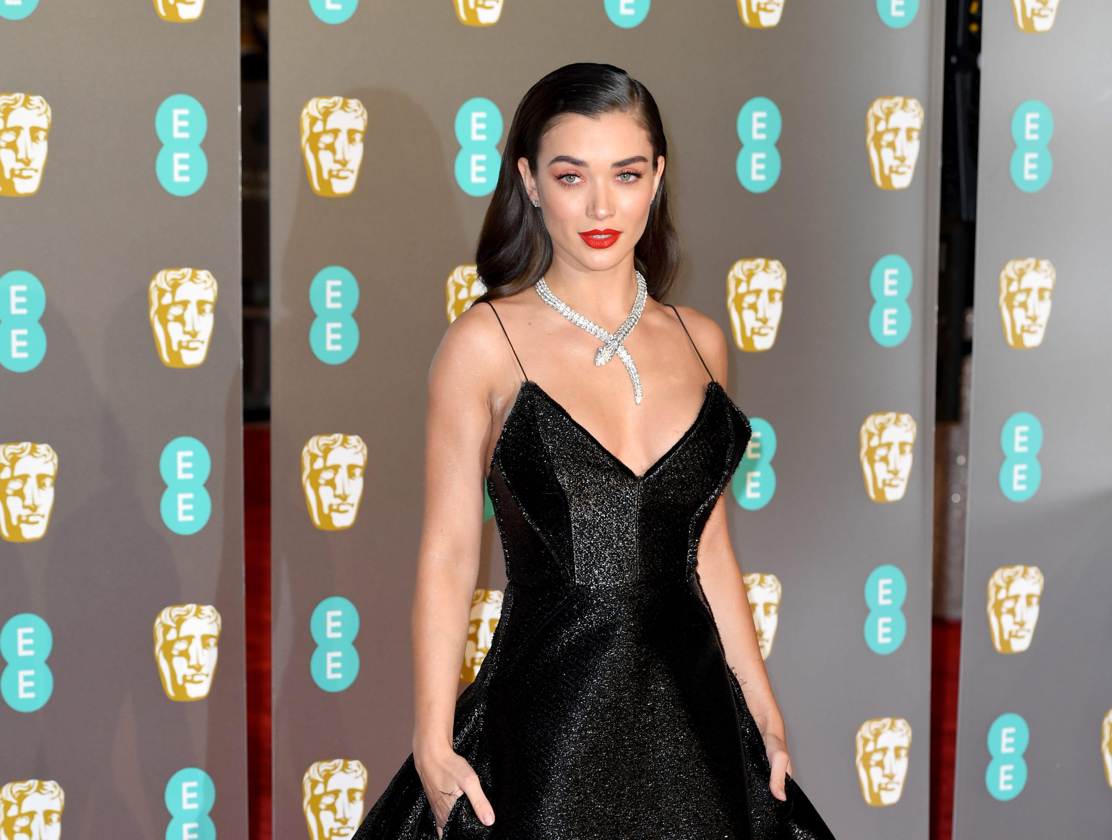 Amy Jackson a su llegada a la alfombra roja de los Premios de la Academia Británica de Cine BAFTA en el Royal Albert Hall en Londres el 10 de febrero de 2019.