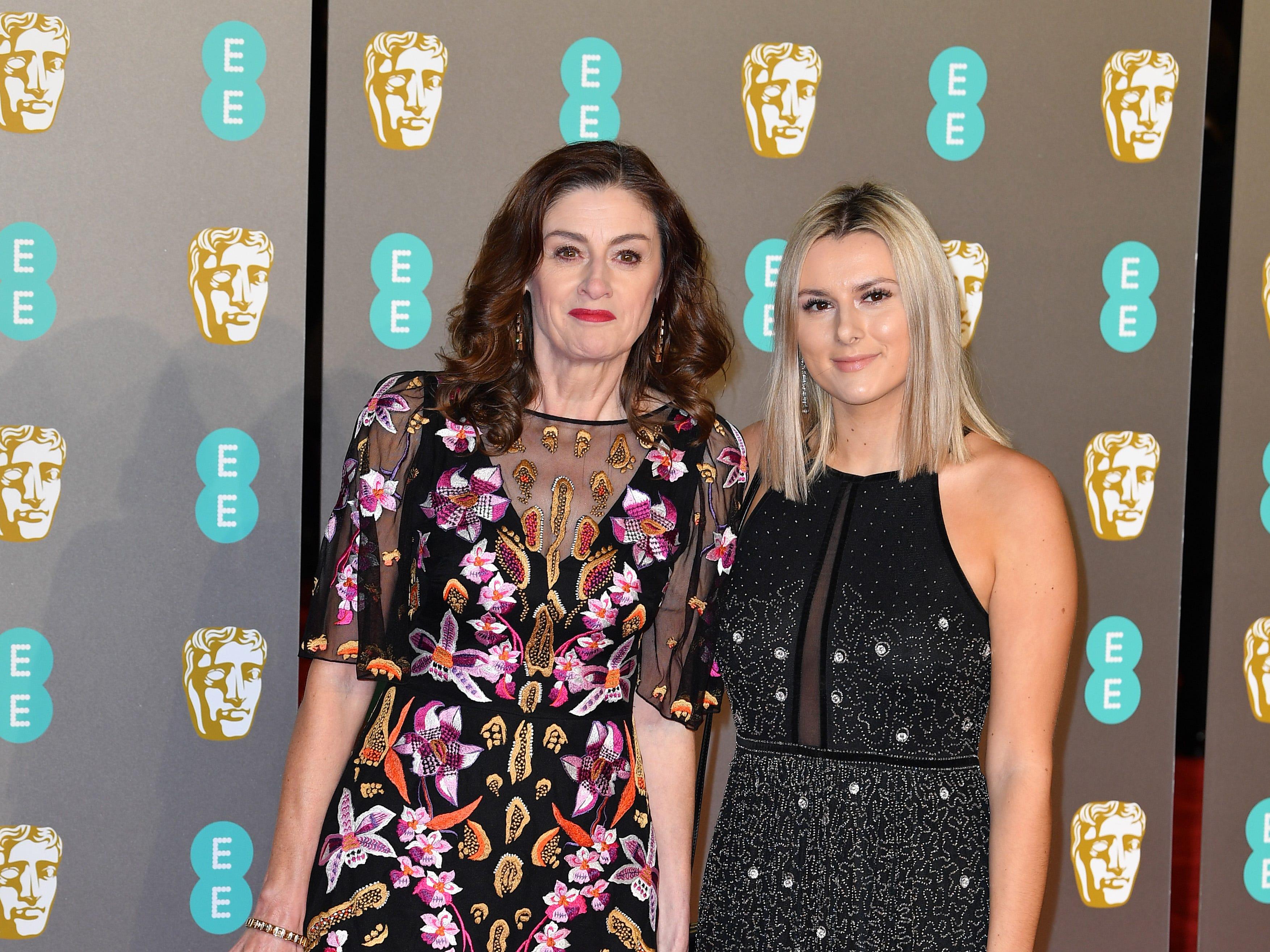 Amanda Barrie (izq) a su llegada a la alfombra roja de los Premios de la Academia Británica de Cine BAFTA en el Royal Albert Hall en Londres el 10 de febrero de 2019.