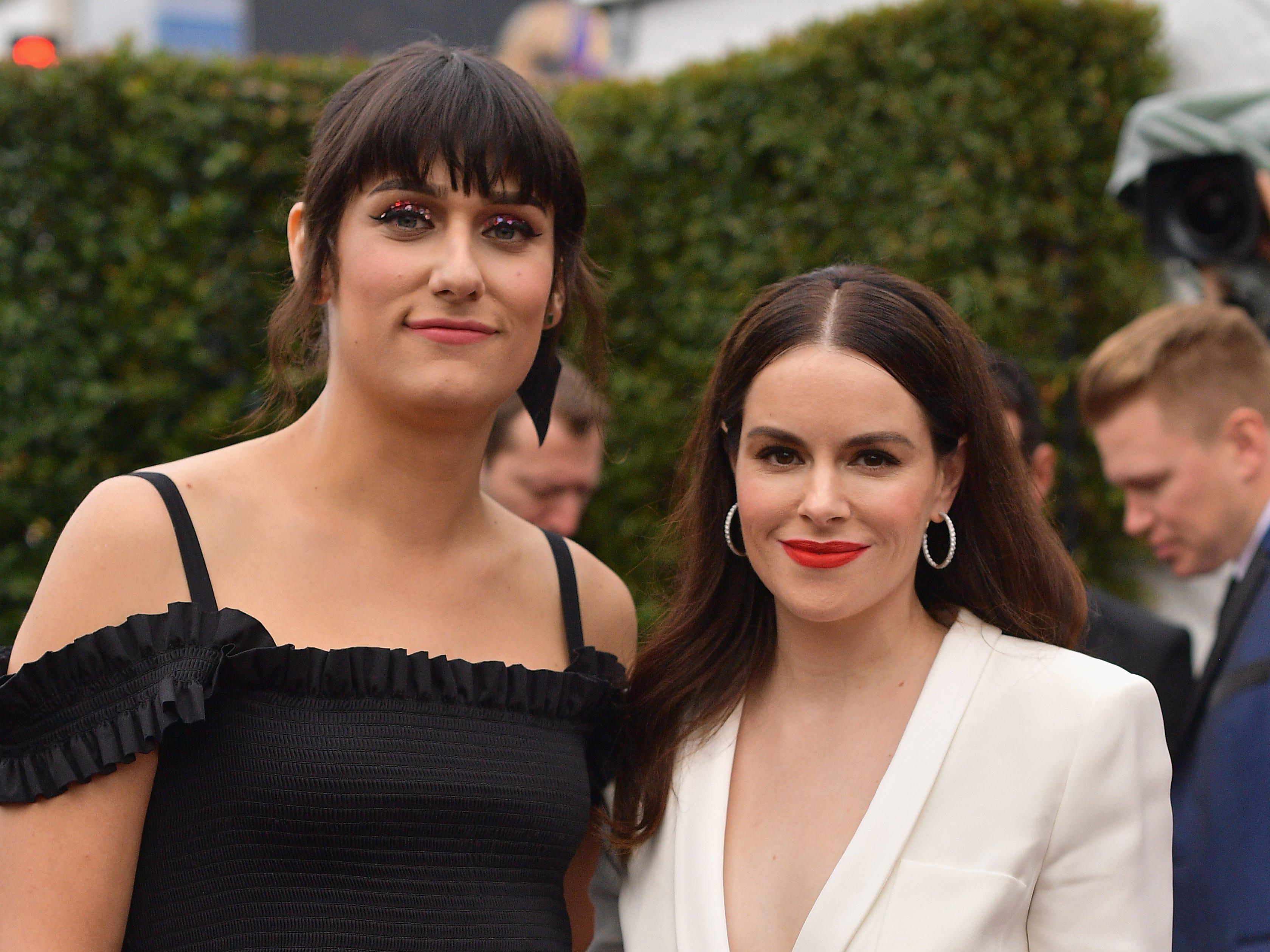 Teddy Geiger (izq) y Emily Hampshire asisten a la 61ª edición de los premios GRAMMY en el Staples Center el 10 de febrero de 2019 en Los Ángeles, California.