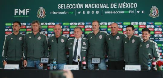 Gerardo Martino junto a su equipo de trabajo, en su presentación como nuevo timonel de la Selección Mexicana de Futbol.
