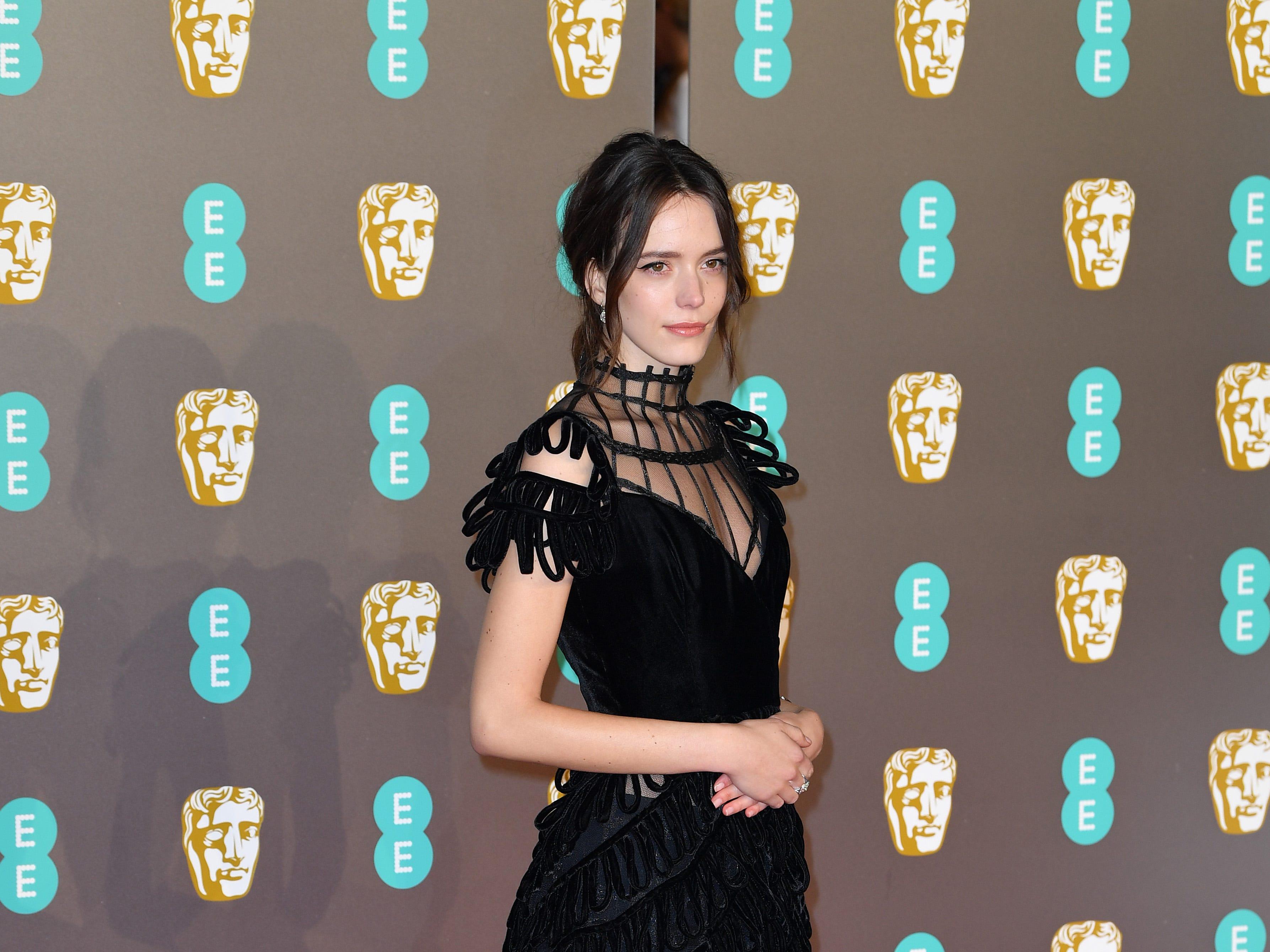 Stacy Martin a su llegada a la alfombra roja de los Premios de la Academia Británica de Cine BAFTA en el Royal Albert Hall en Londres el 10 de febrero de 2019.