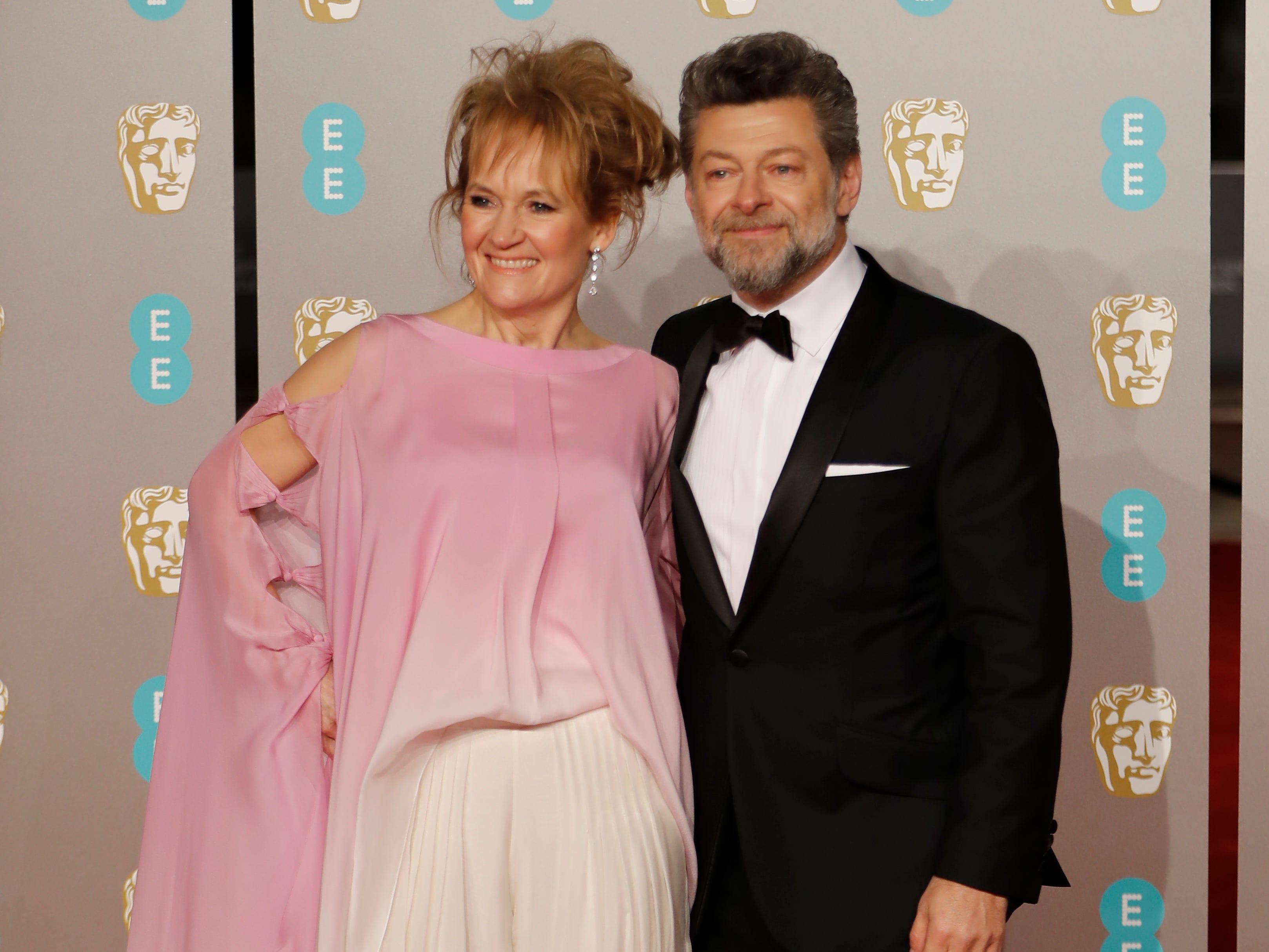 Andy Serkis y su esposa Lorraine Ashbourne a su llegada a la alfombra roja de los Premios de la Academia Británica de Cine BAFTA en el Royal Albert Hall en Londres el 10 de febrero de 2019.