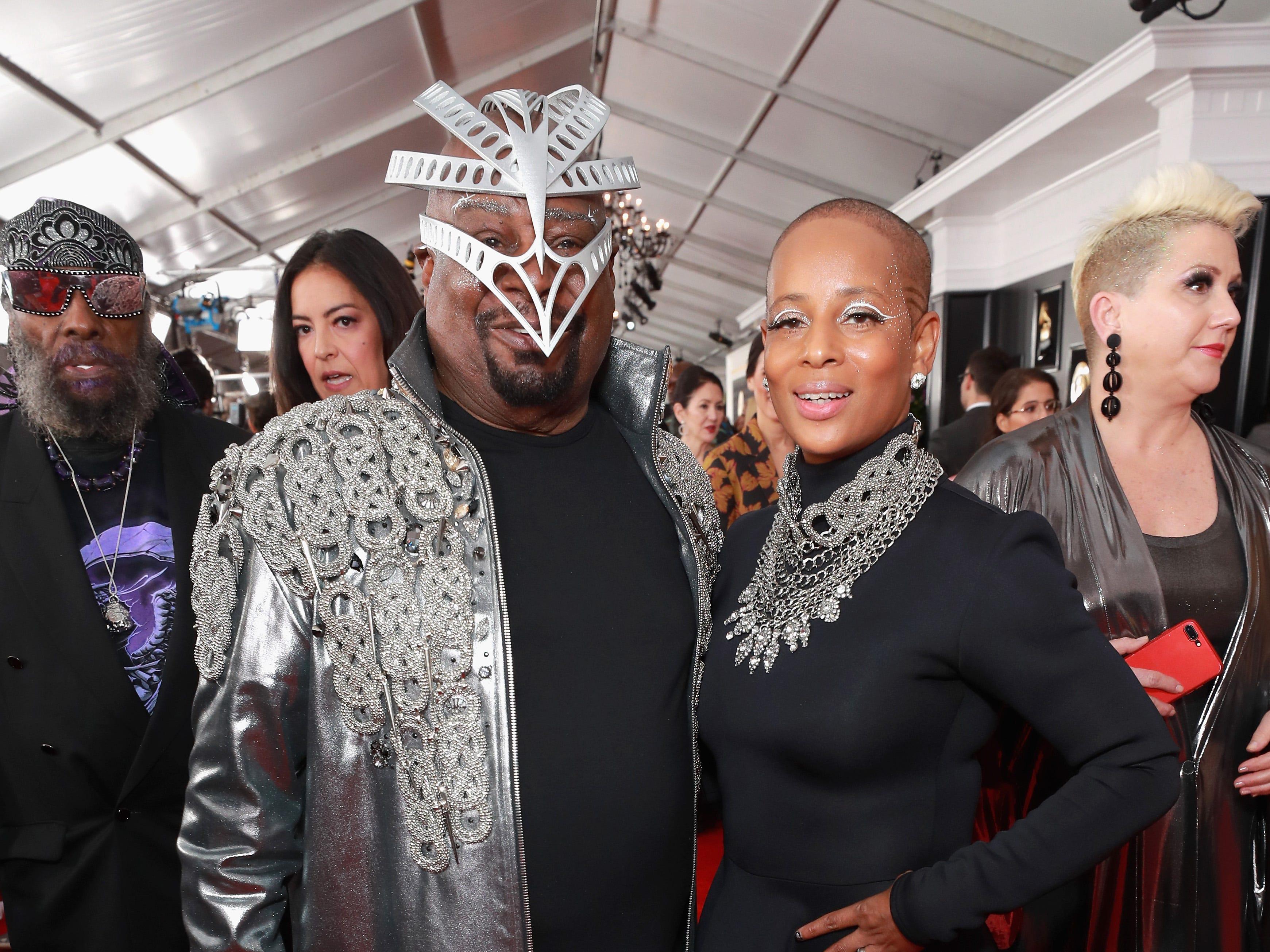 George Clinton (izq) y una invitada asisten a la 61ª edición de los premios GRAMMY en el Staples Center el 10 de febrero de 2019 en Los Ángeles, California.