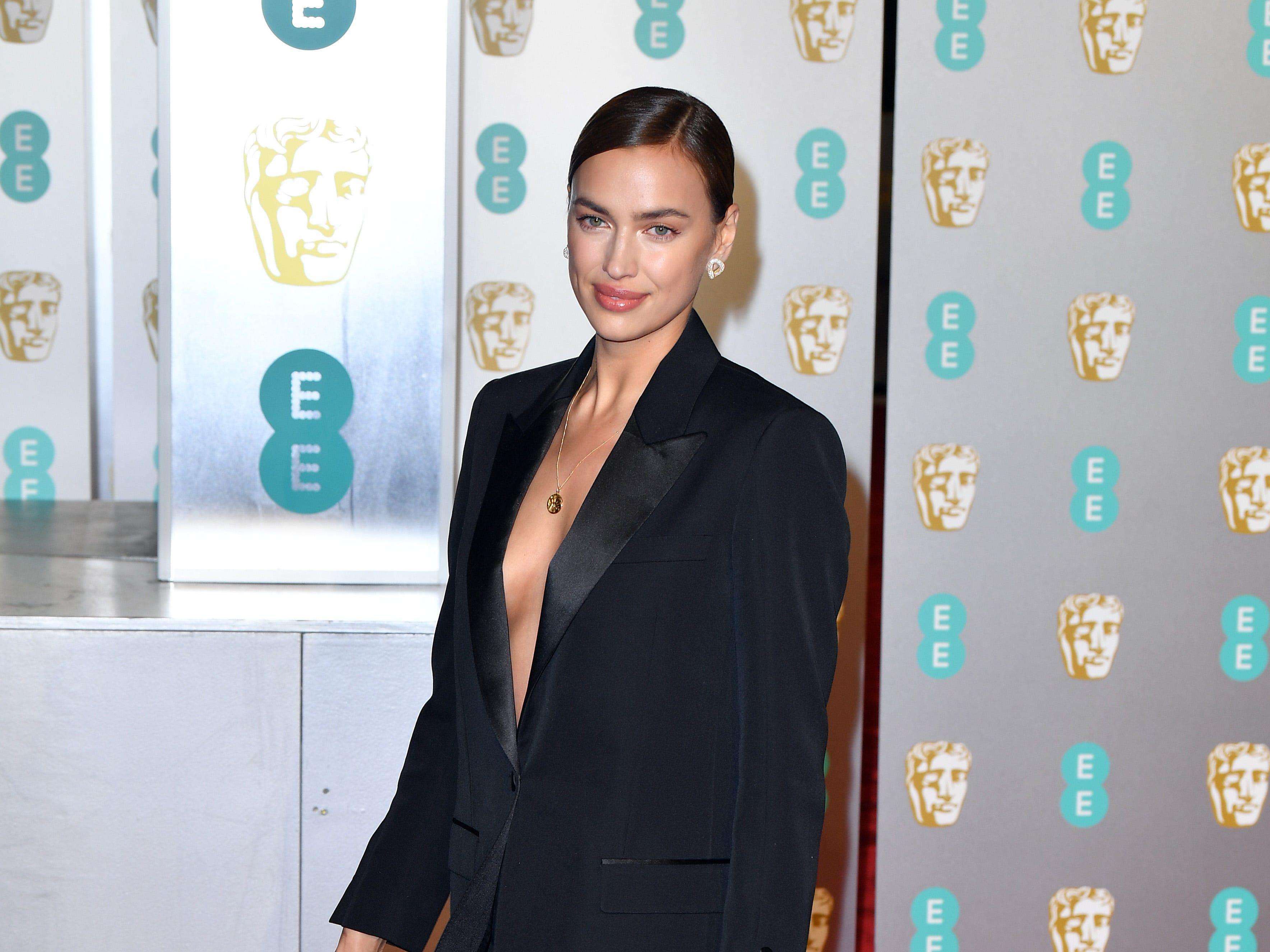 Irina Shayk a su llegada a la alfombra roja de los Premios de la Academia Británica de Cine BAFTA en el Royal Albert Hall en Londres el 10 de febrero de 2019.