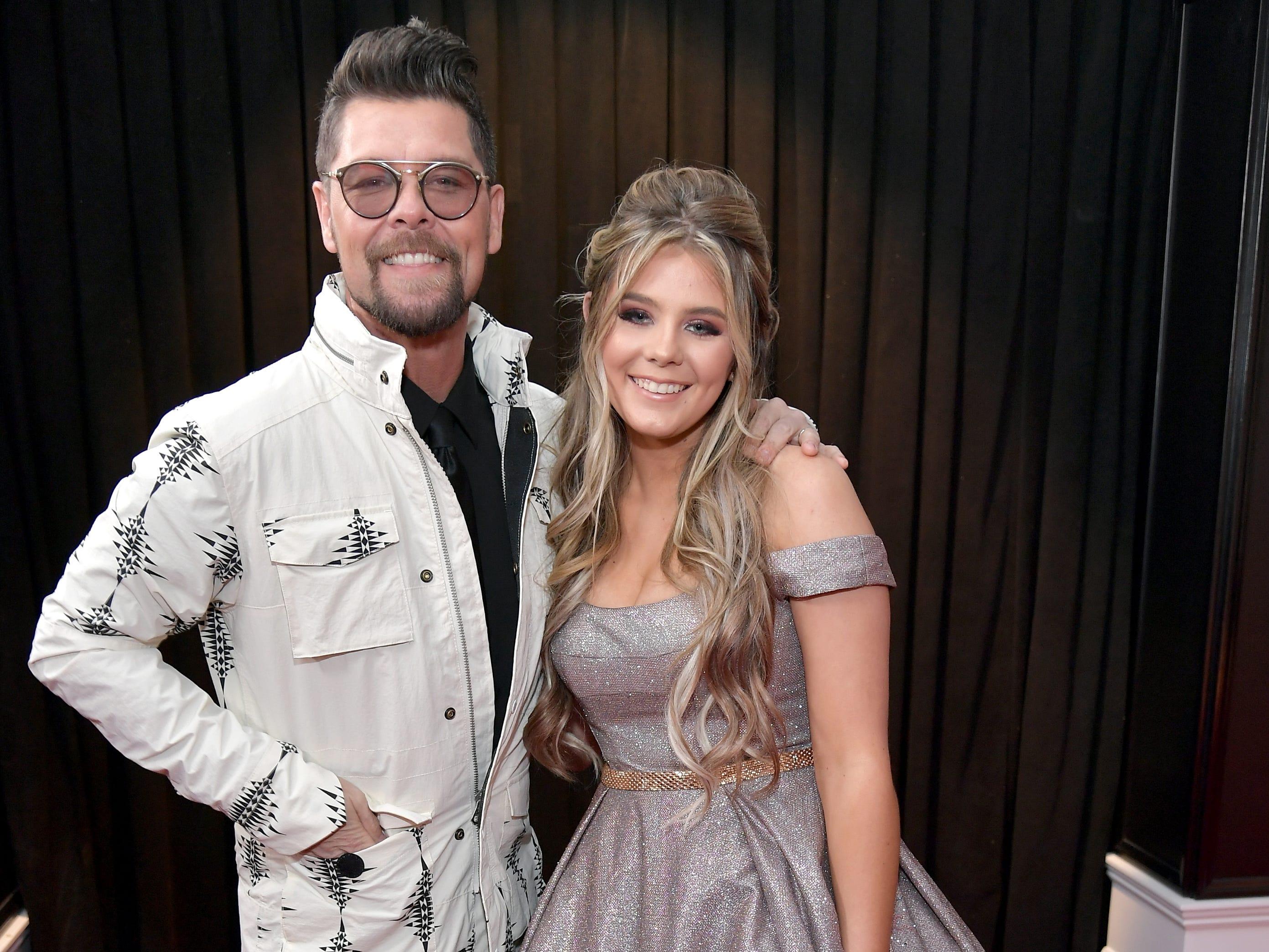 Jason Crabb (izq) y Ashleigh Crabb asisten a la 61ª edición de los premios GRAMMY en el Staples Center el 10 de febrero de 2019 en Los Ángeles, California.
