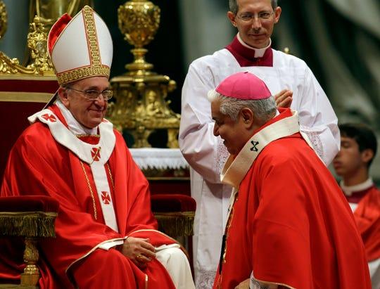 El arzobispo Rogelio Cabrera (der) dijo que algunos de los religiosos han sido procesados y enviados a prisión, pero no especificó cuántos.