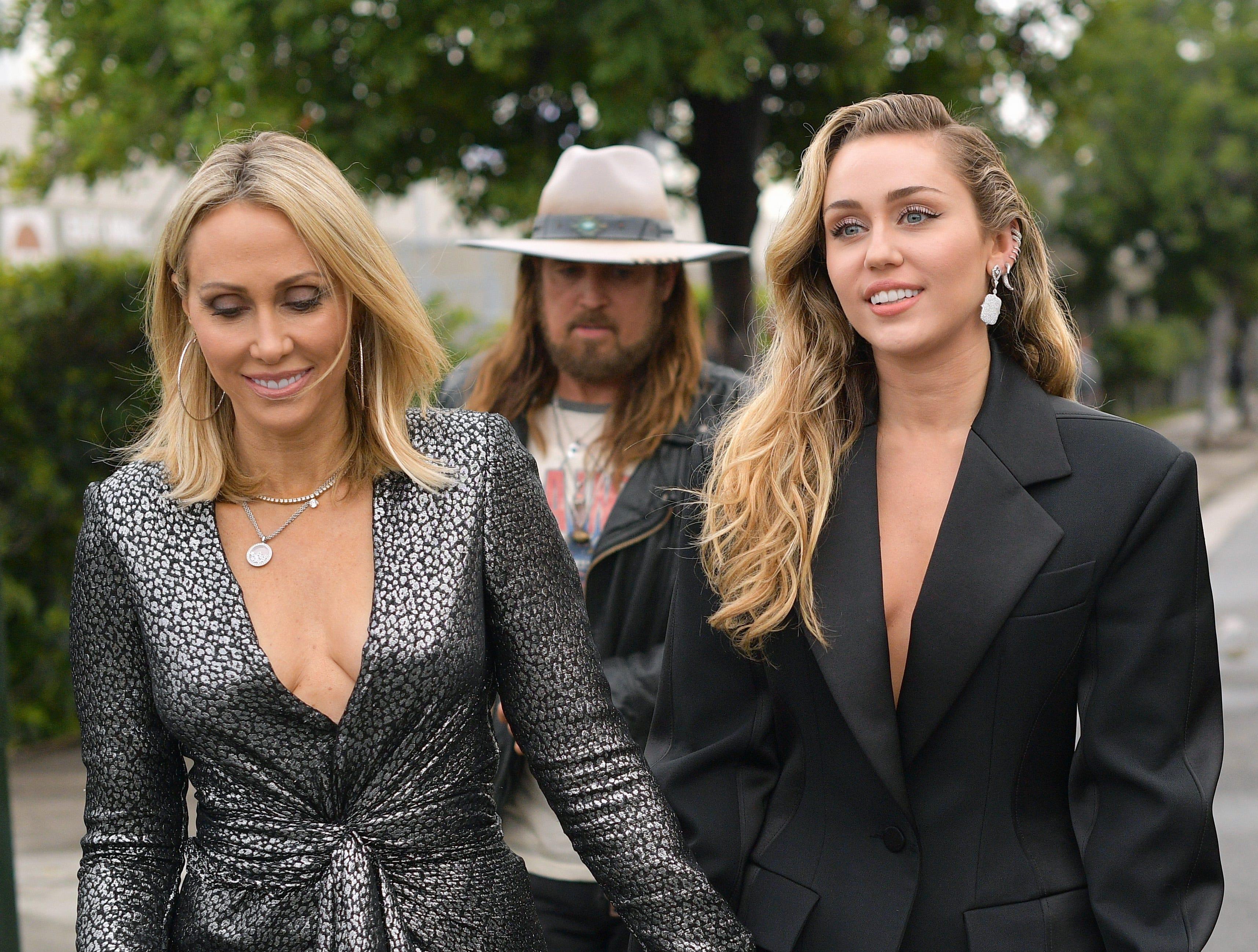 Tish Cyrus (izq) y Miley Cyrus asisten a la 61ª edición de los premios GRAMMY en el Staples Center el 10 de febrero de 2019 en Los Ángeles, California.