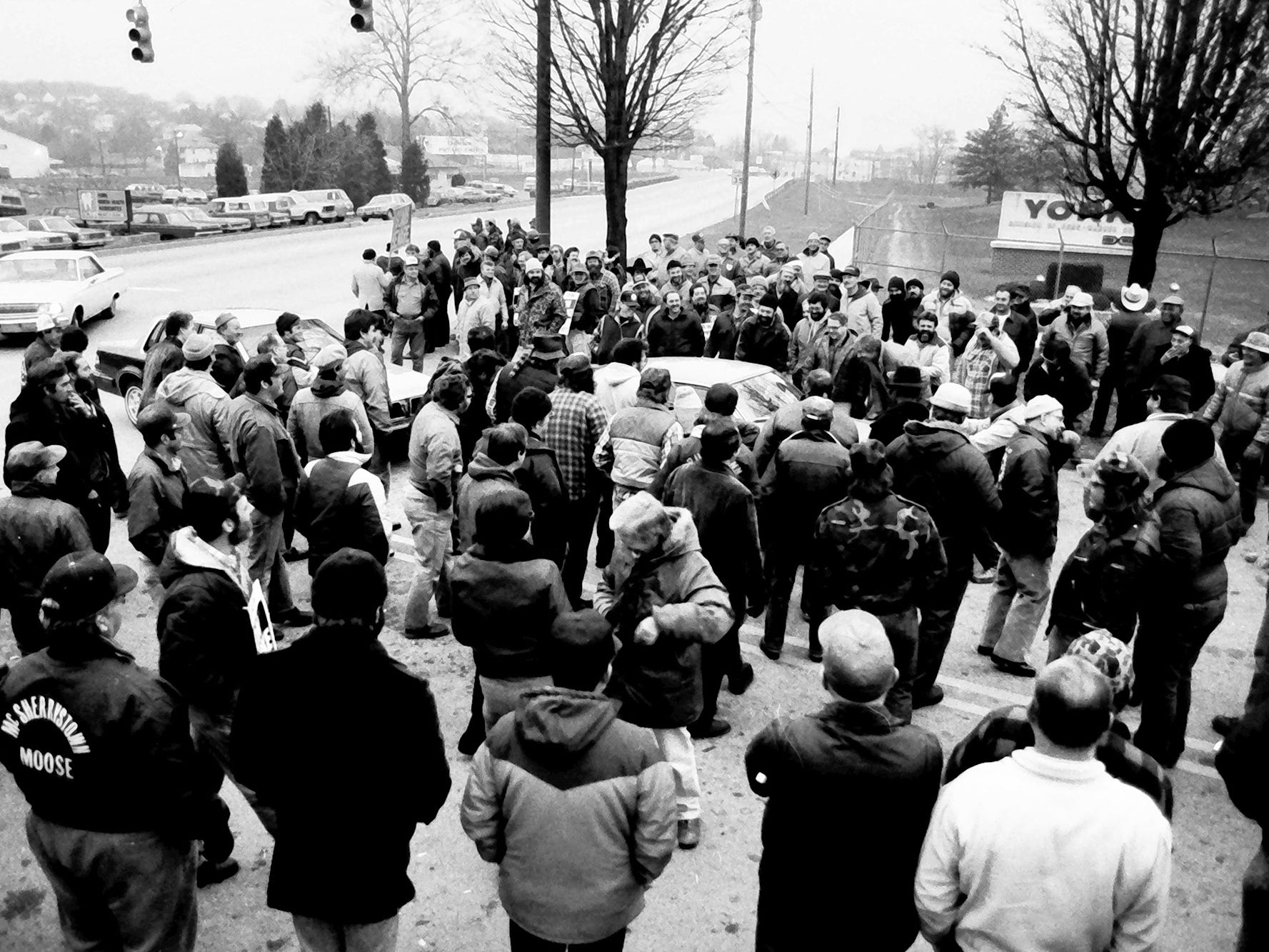 A group of striking York International workers gather around a Richland Ave gate in November 1984 as replacement workers try to enter the gate.