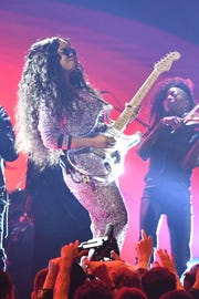 """H.E.R. performs """"Hard Place"""" at the Grammys."""