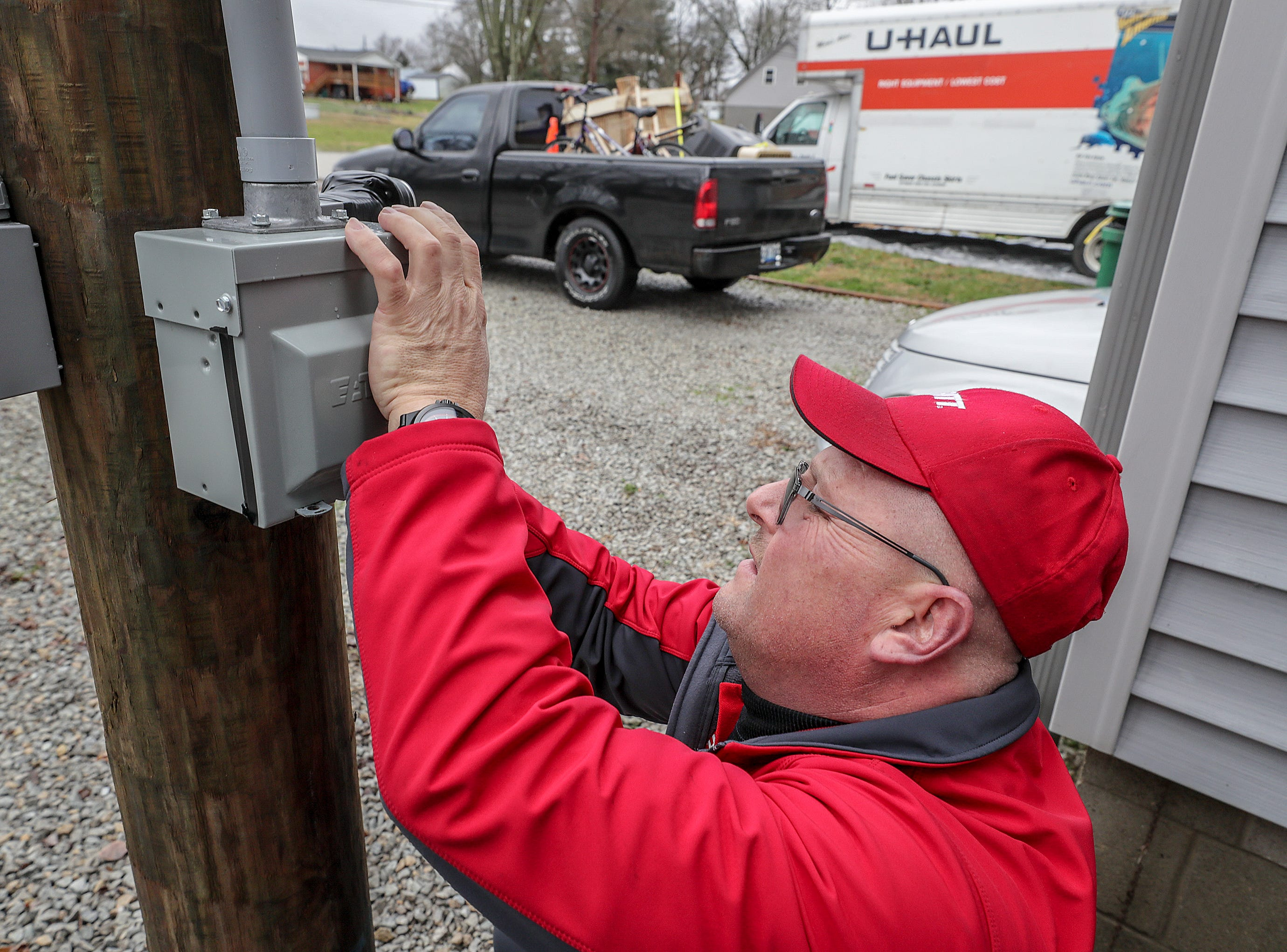 West Point resident Norman Madden tapes electrical boxes to keep river water out as his neighbors prepare to leave their home along the Ohio River in advance of flooding along the Ohio River.Februar 12, 2019