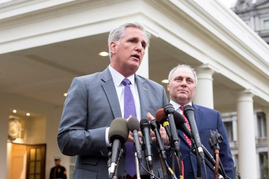El líder electo de la minoría republicana en la cámara por California, Kevin McCarthy (i), y el representante republicano por Louisiana Steve Scalise.