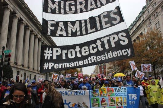 Manifestantes sostienen mensajes a favor del programa de Estatus de Protección Temporal (TPS).