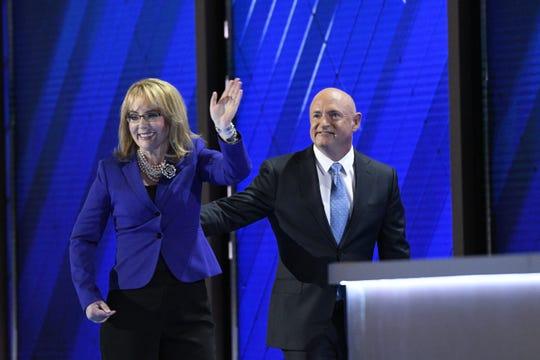 Mark Kelly (der.) junto a su esposa, la ex representante Gabrielle Giffords.