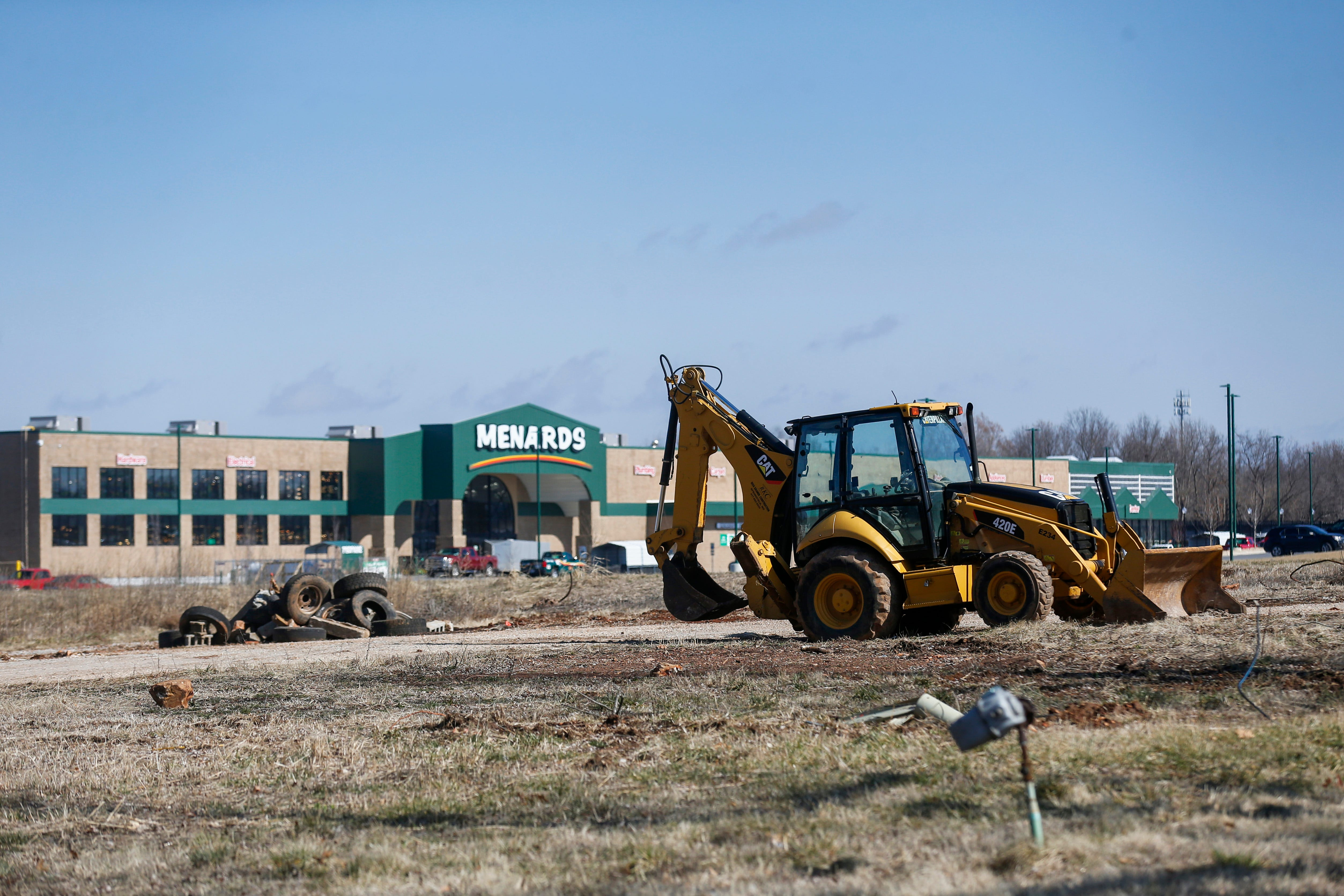 A 193-unit apartment complex and a building with retail space between a neighborhood and the Menards is being proposed on West University Street.