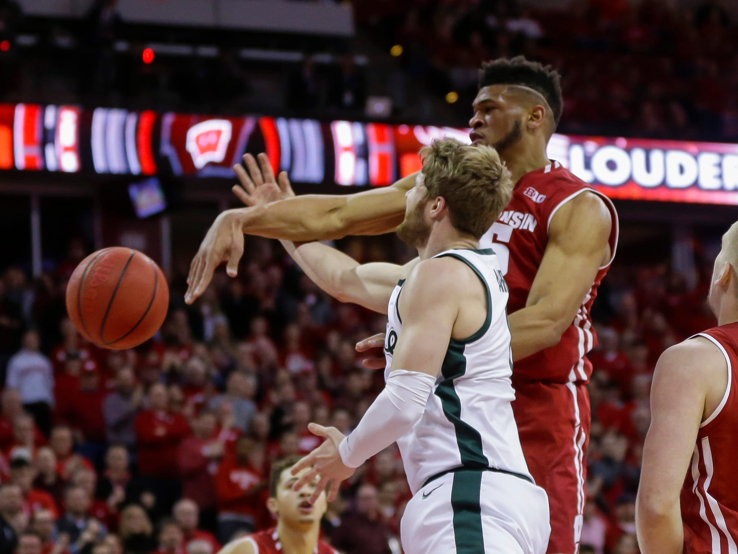 Wisconsin's Charles Thomas (15) blocks a a shot by Michigan States's Kyle Ahrens (0) during the first half.
