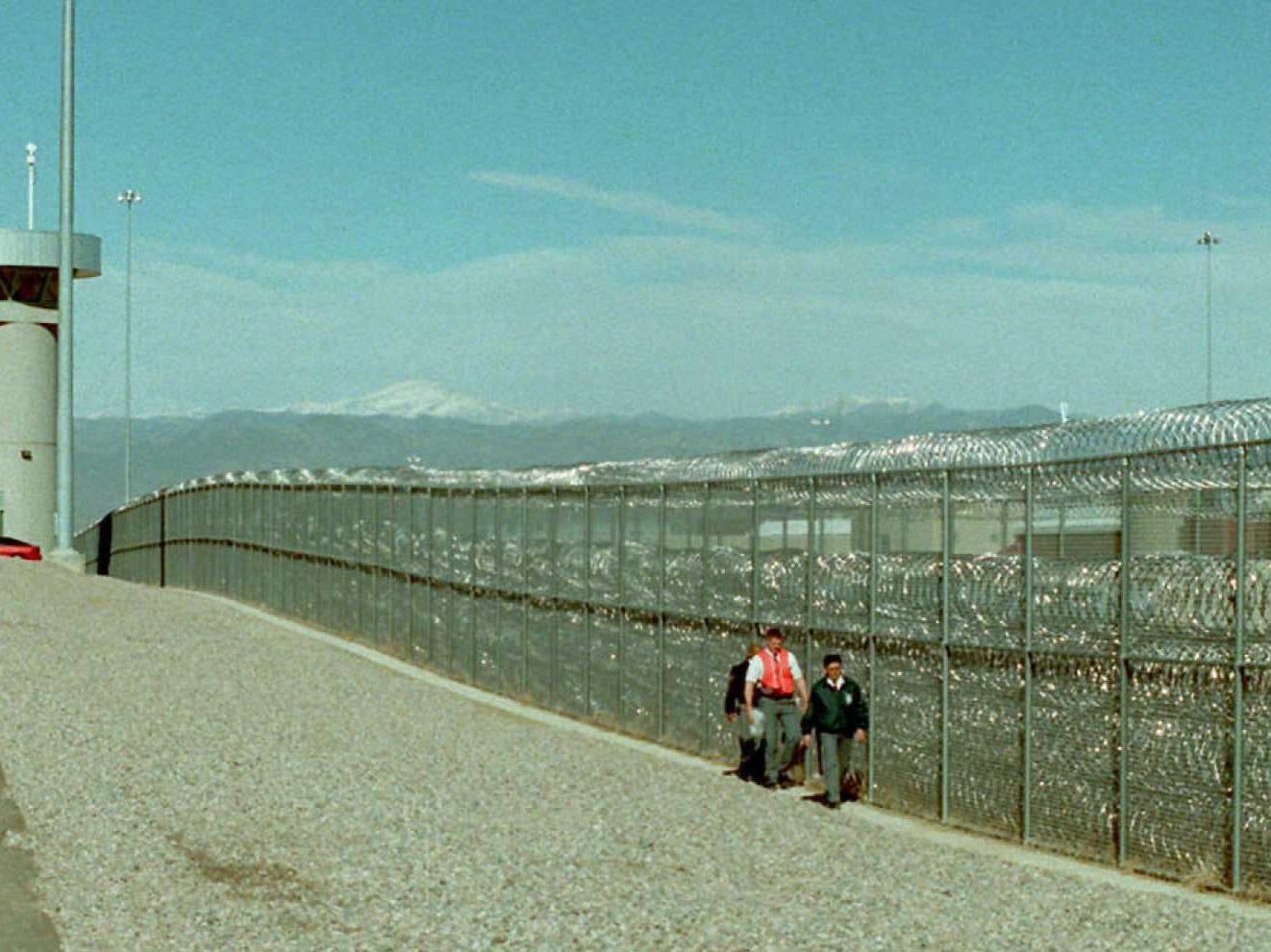 """La prisión ADX """"Supermax"""" de Florence, Colorado, alberga a algunos de los delincuentes más conocidos que pasaron por los juzgados del país. Aquí es donde el capo mexicano Joaquín 'El Chapo' Guzmán podría pasar el resto de su vida."""