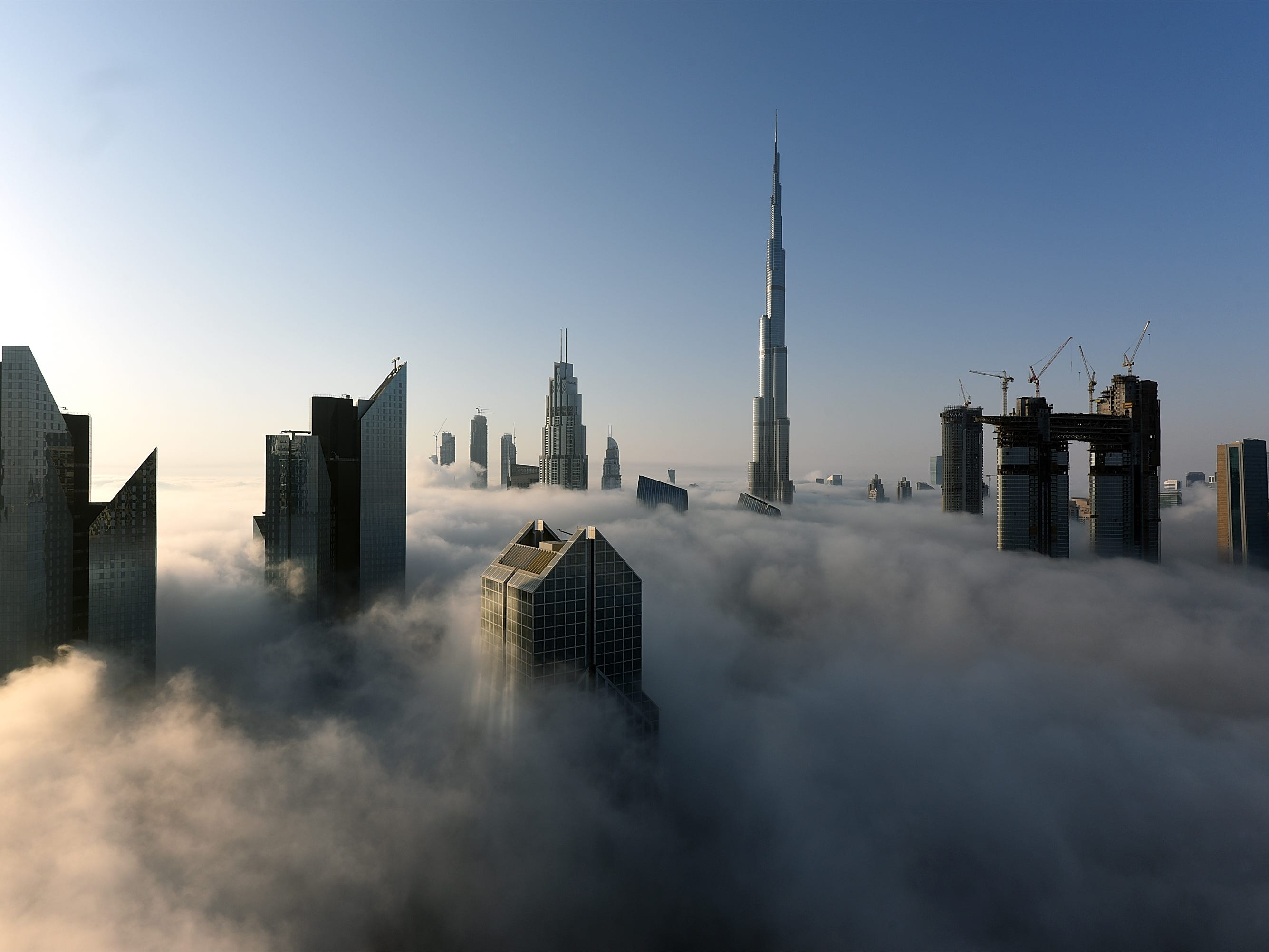 DUBAI, UNITED ARAB EMIRATES - SEPTEMBER 27:  General view of Burj Khalifa during a heavy fog on September 27, 2017 in Dubai, United Arab Emirates.  (Photo by Tom Dulat/Getty Images) ORG XMIT: 690757445 ORIG FILE ID: 854626142