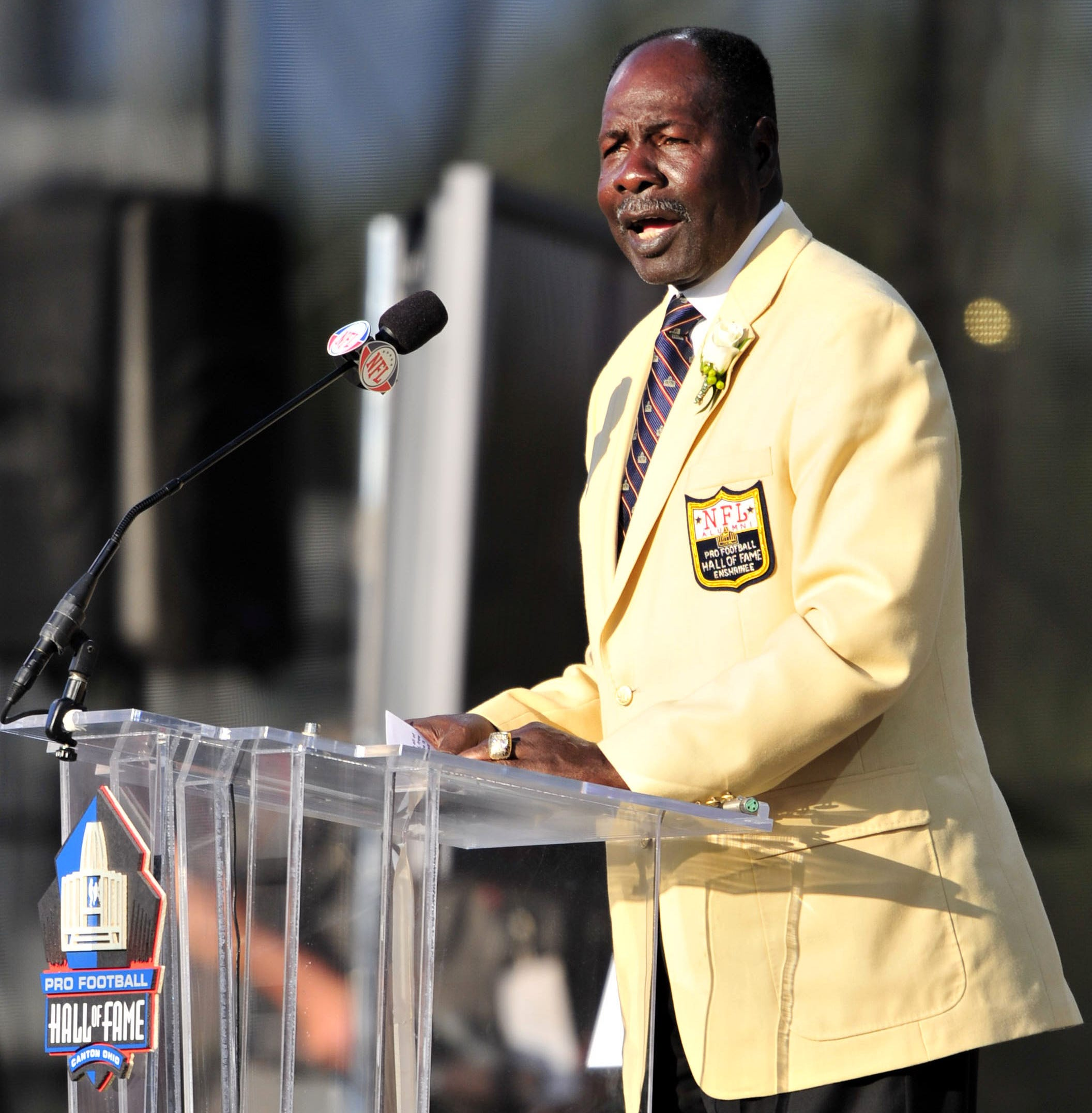 Emmitt Thomas gives induction speech at the Pro Football Hall of Fame enshrinement ceremony in 2008.