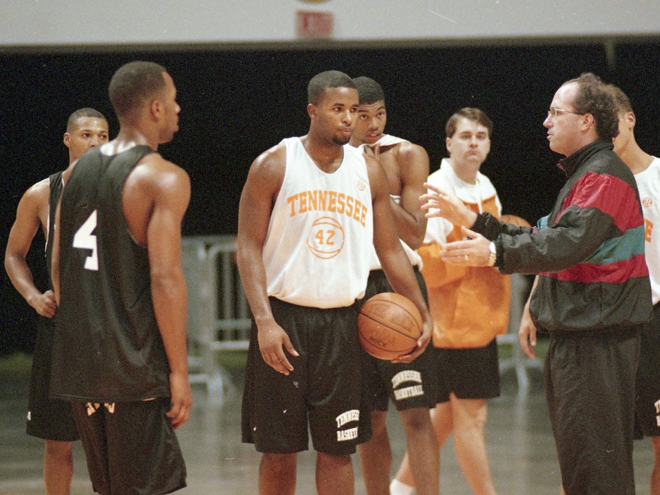 Tennessee's coach Kevin O'Neill huddles with the team to go over plays during practice in October 1995.