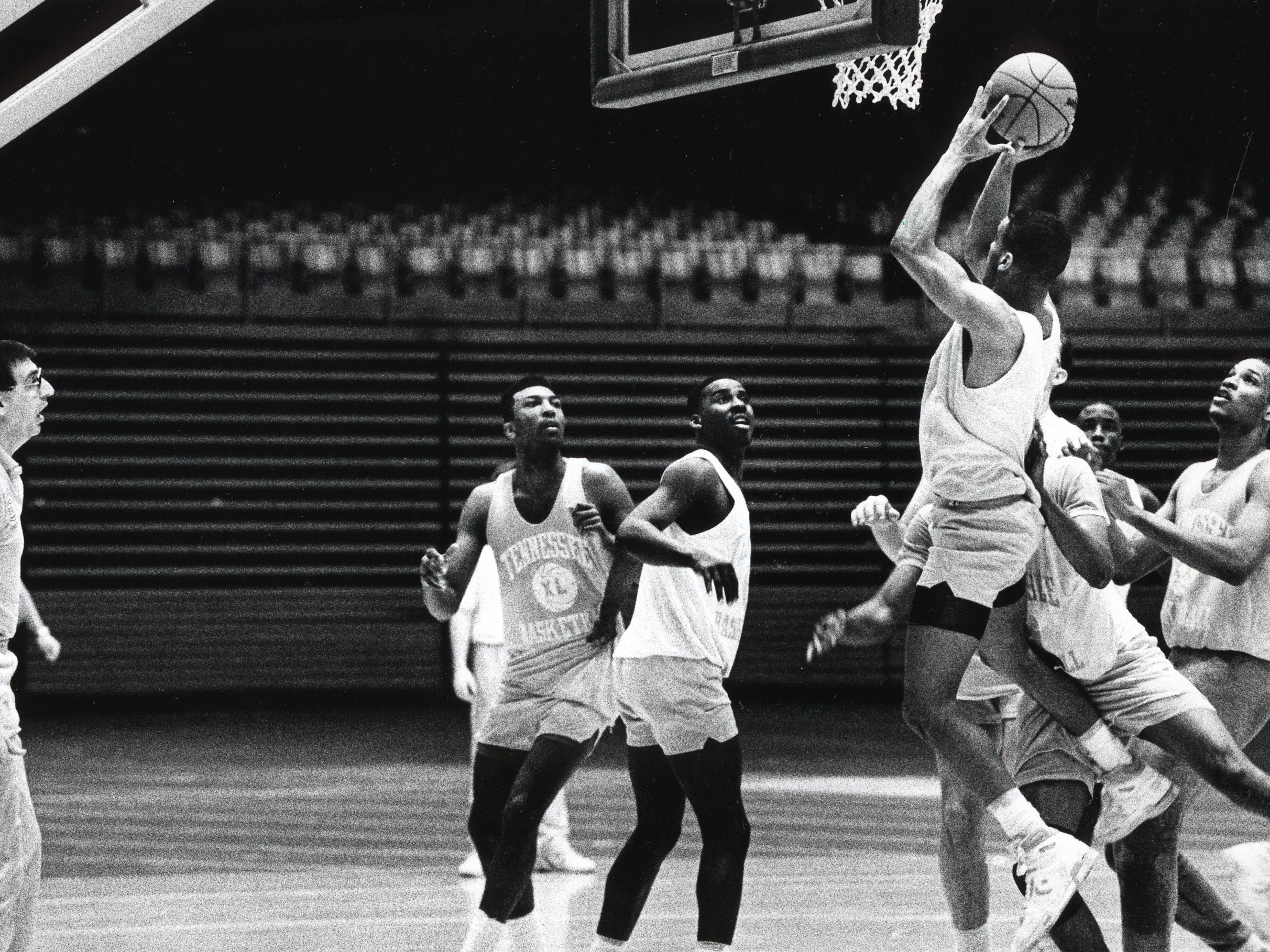 Don Devoe coaches the UT basketball team in practice in March 1989.