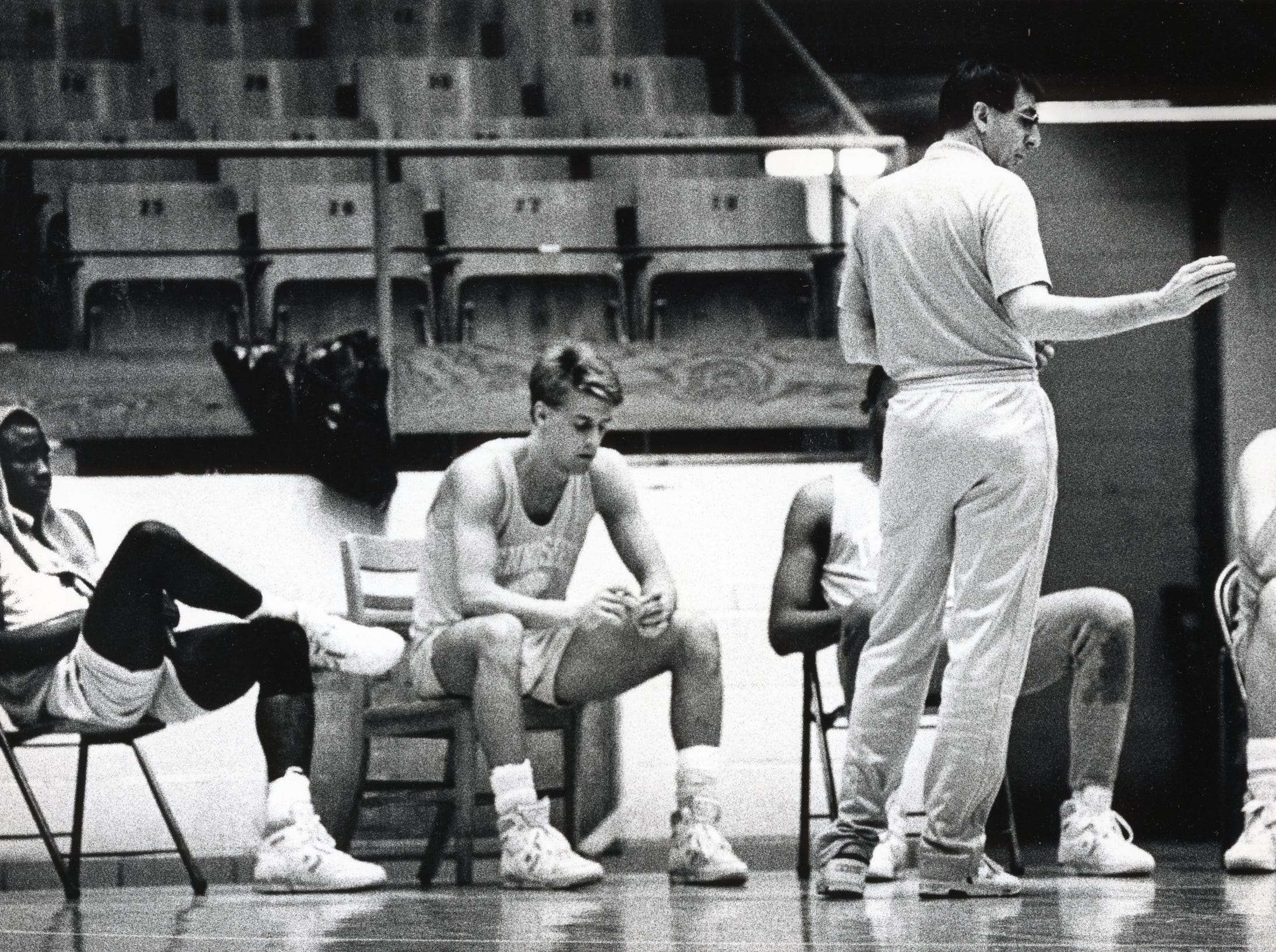 Tennessee coach Don DeVoe coaches the team in March 1989.