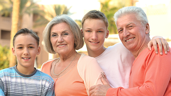 Memory care experts have identified six signs of memory loss you might notice while vacationing together that show your aging parents might need help.