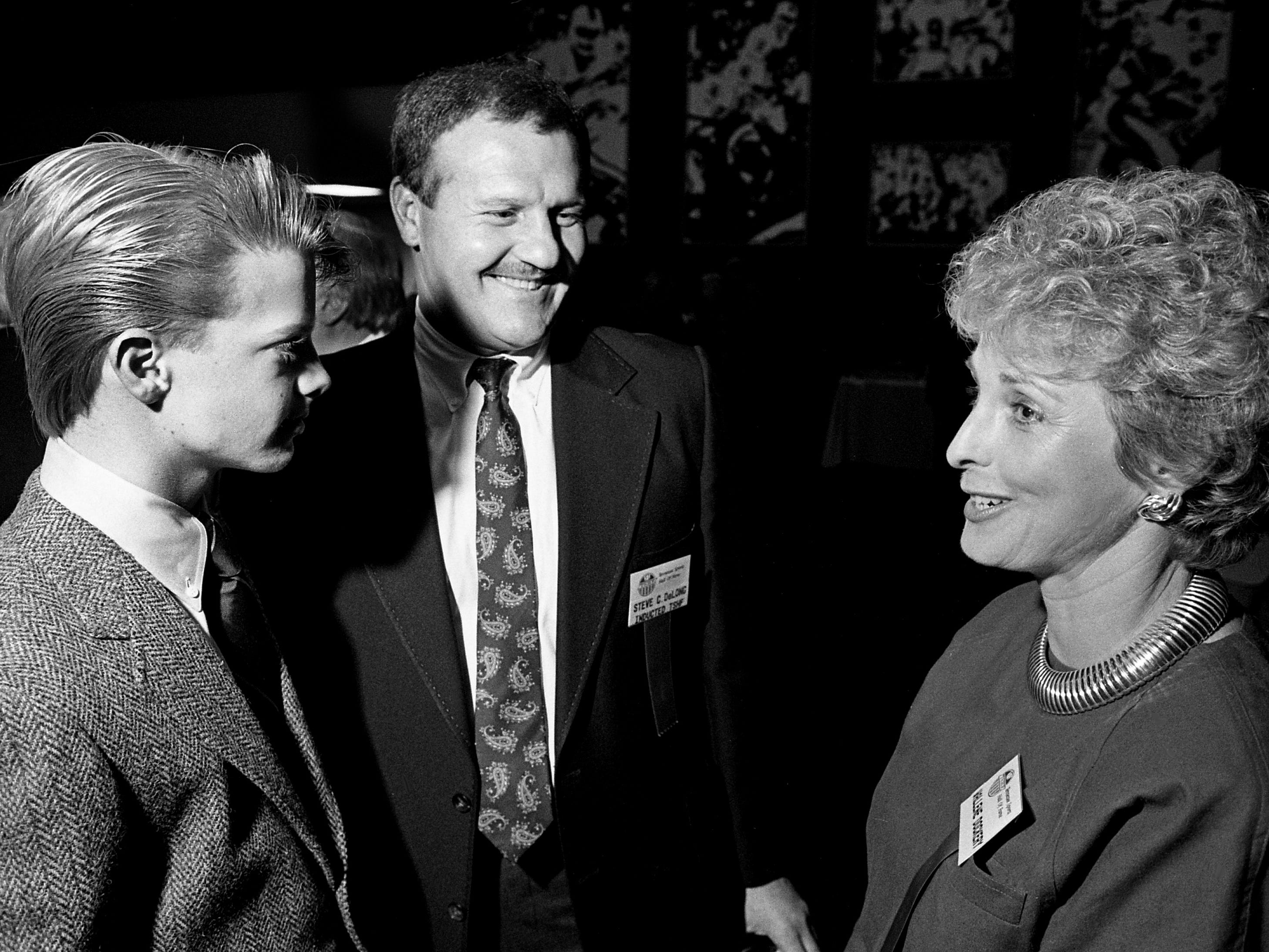Inductee Steve DeLong, center, shares a moment with Wallene, left, and Dee Dockery during the Tennessee Sports Hall of Fame's annual banquet at the Vanderbilt Stadium Club on Feb. 17, 1989. Wallene and Dee are the son and wife of late Memphis State football coach Rex Dockery, who was posthumously inducted into the hall along with late Tennessee State football coach John Merritt.