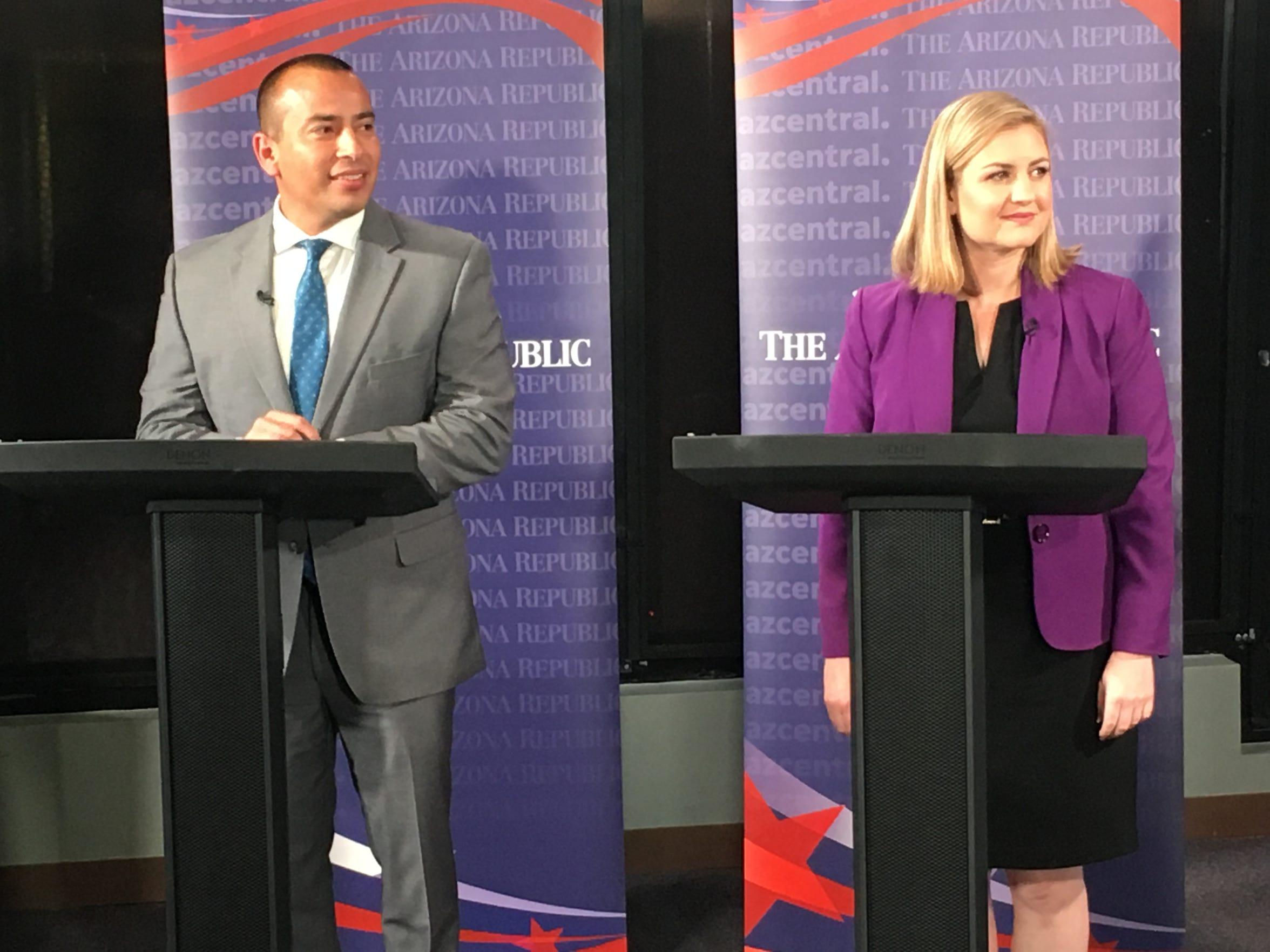 Los candidatos a alcalde de la Ciudad de Phoenix, Daniel Valenzuela y Kate Gallego, durante su debate el 13 de febrero del 2019 en el estudio de azcentral.com