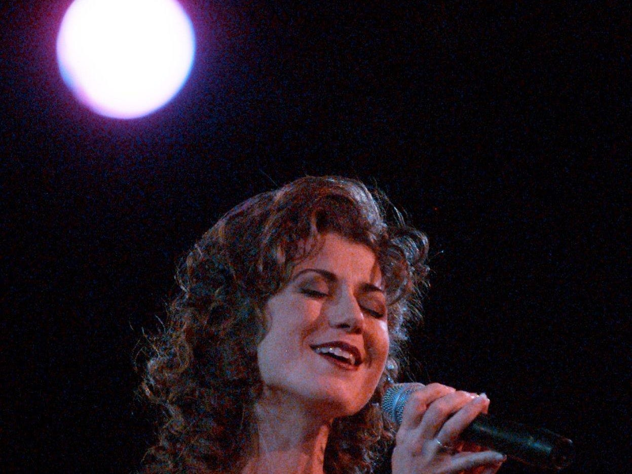 Amy Grant sings a medley of Christmas songs at Nashville Arena in 1996.