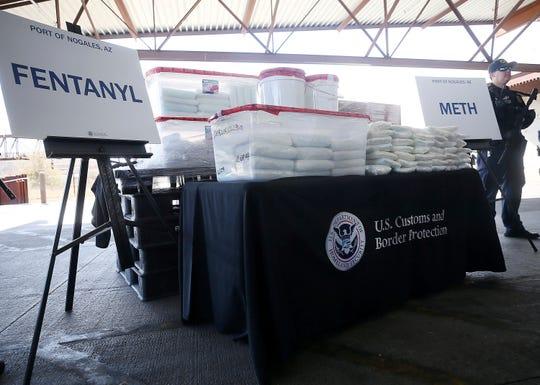 Autoridades de Protección de Aduanas y Seguridad Fronteriza muestran un cargamento asegurado, que contiene fentanilo y metanfetamina.