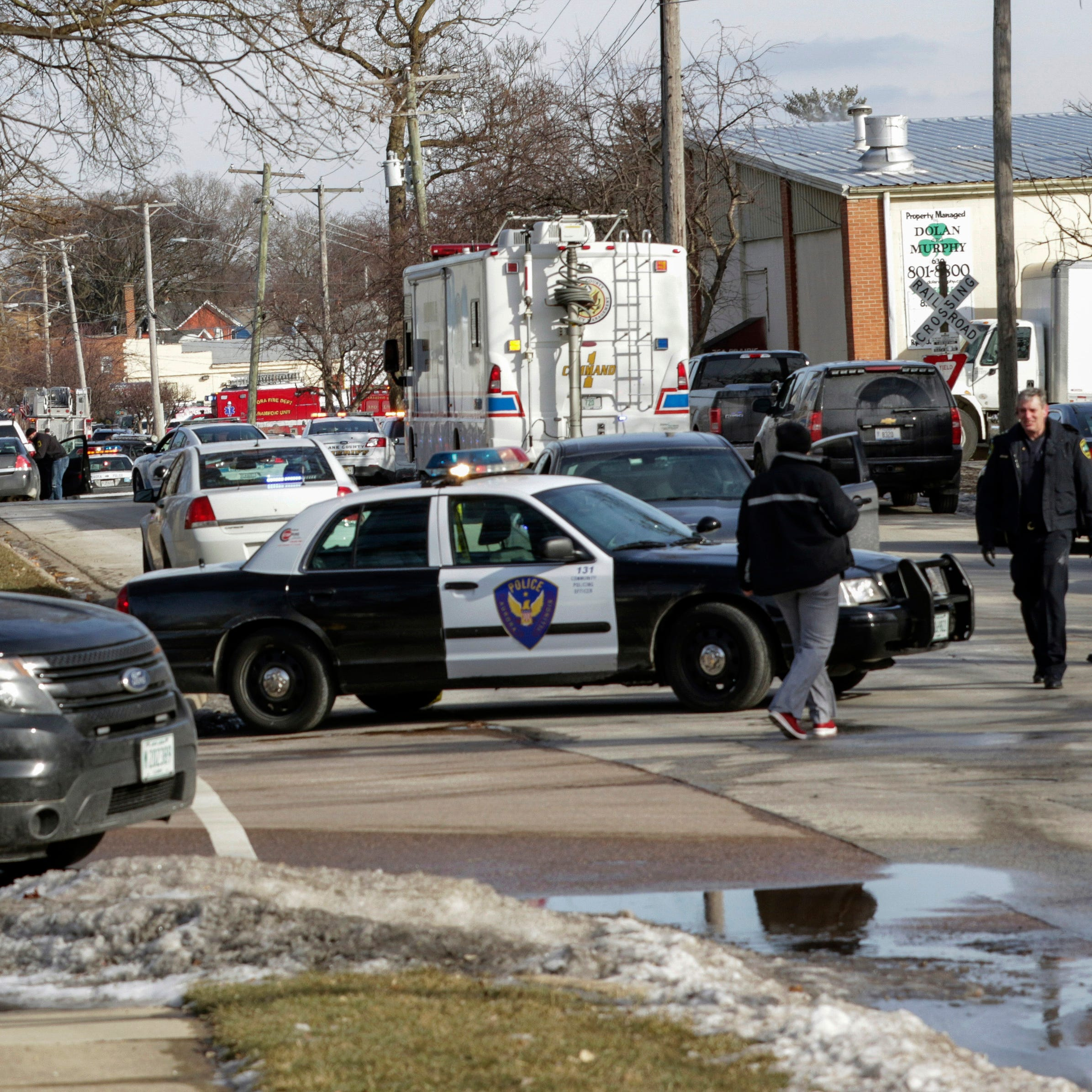 Officials: 1 dead, 4 police wounded in Illinois shooting