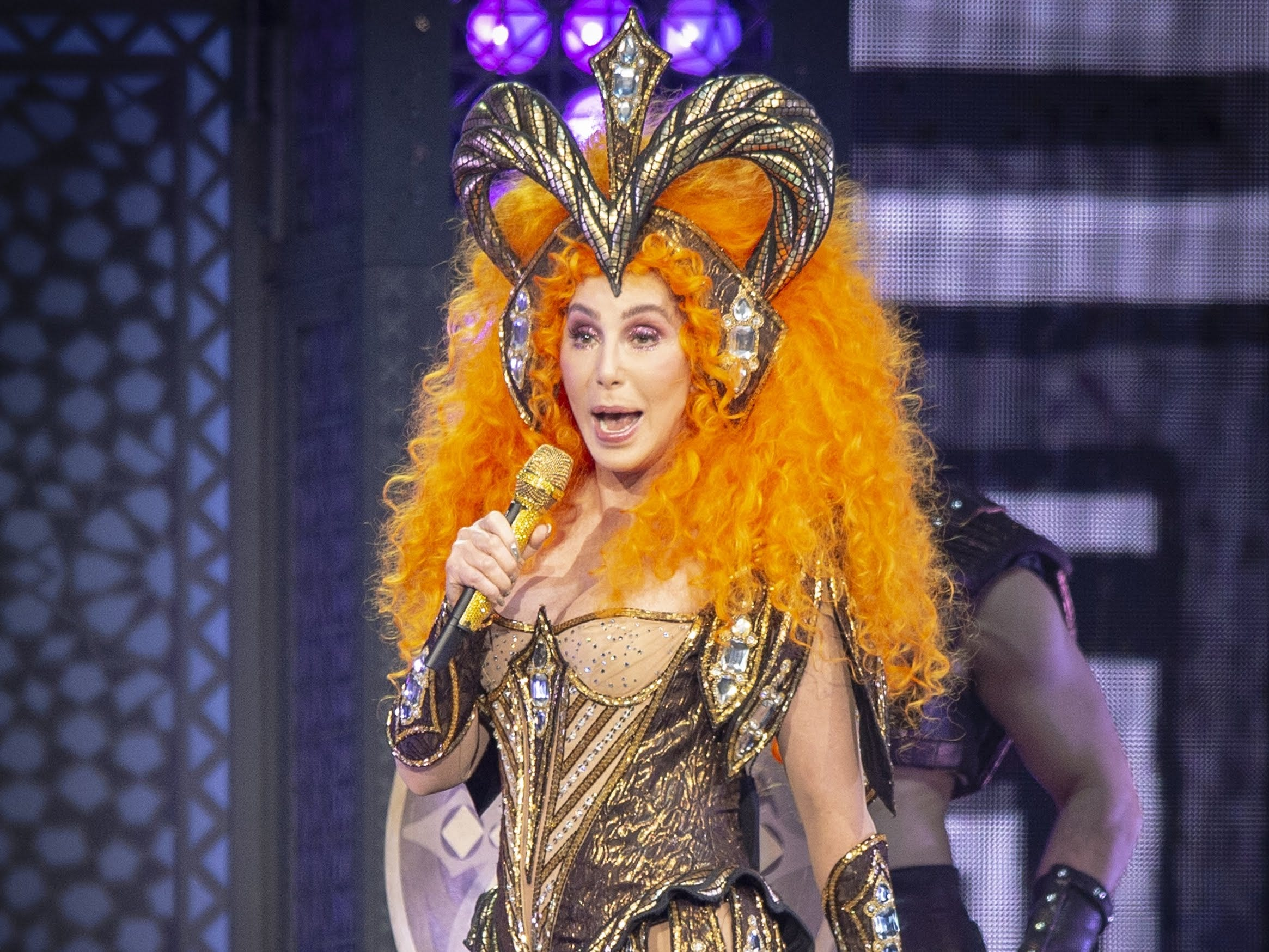 After paint-by-numbers nostalgia trip, Cher finally turns back time in Indianapolis