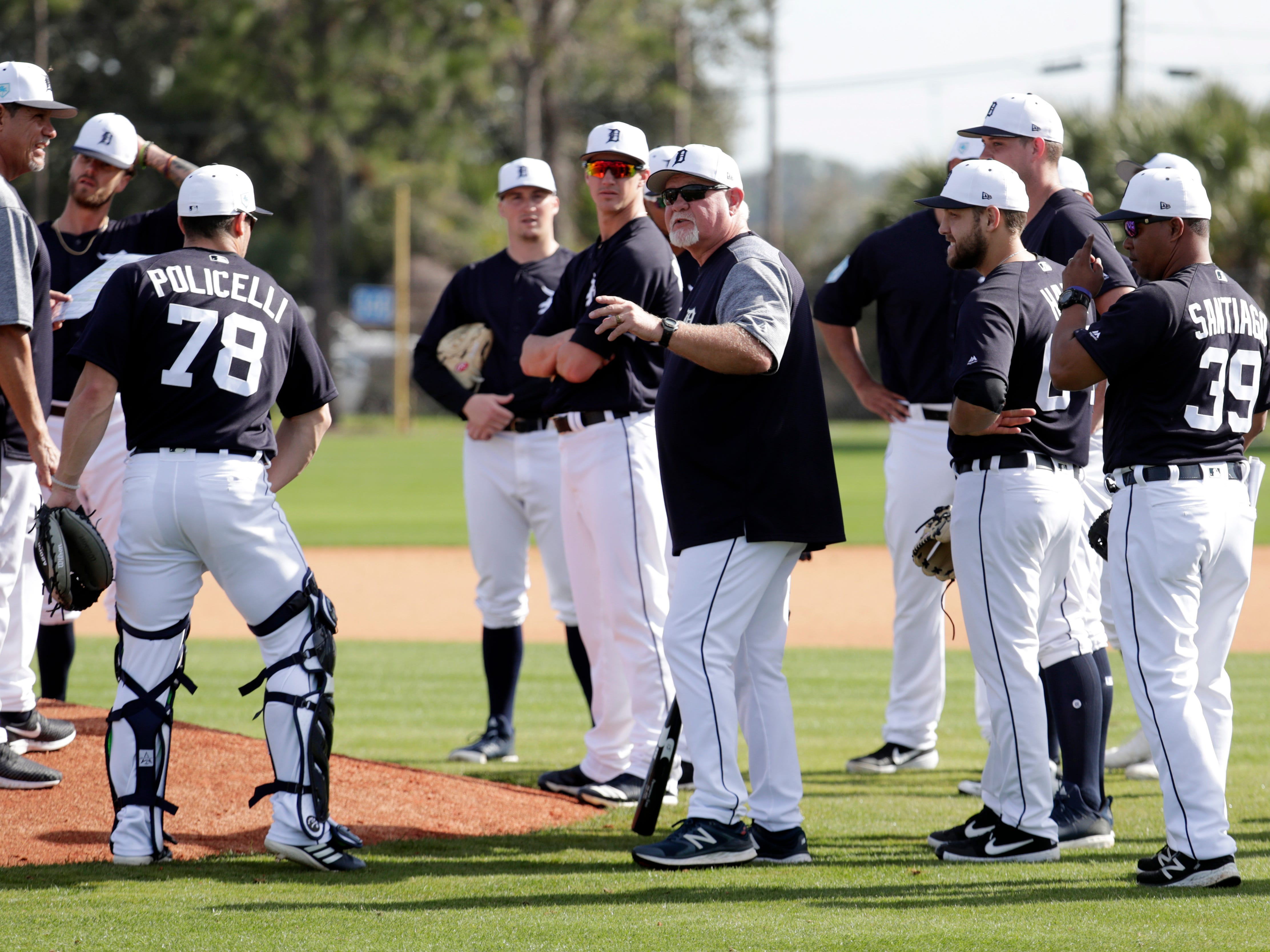Detroit Tigers manager Ron Gardenhire, center, talks with his players.
