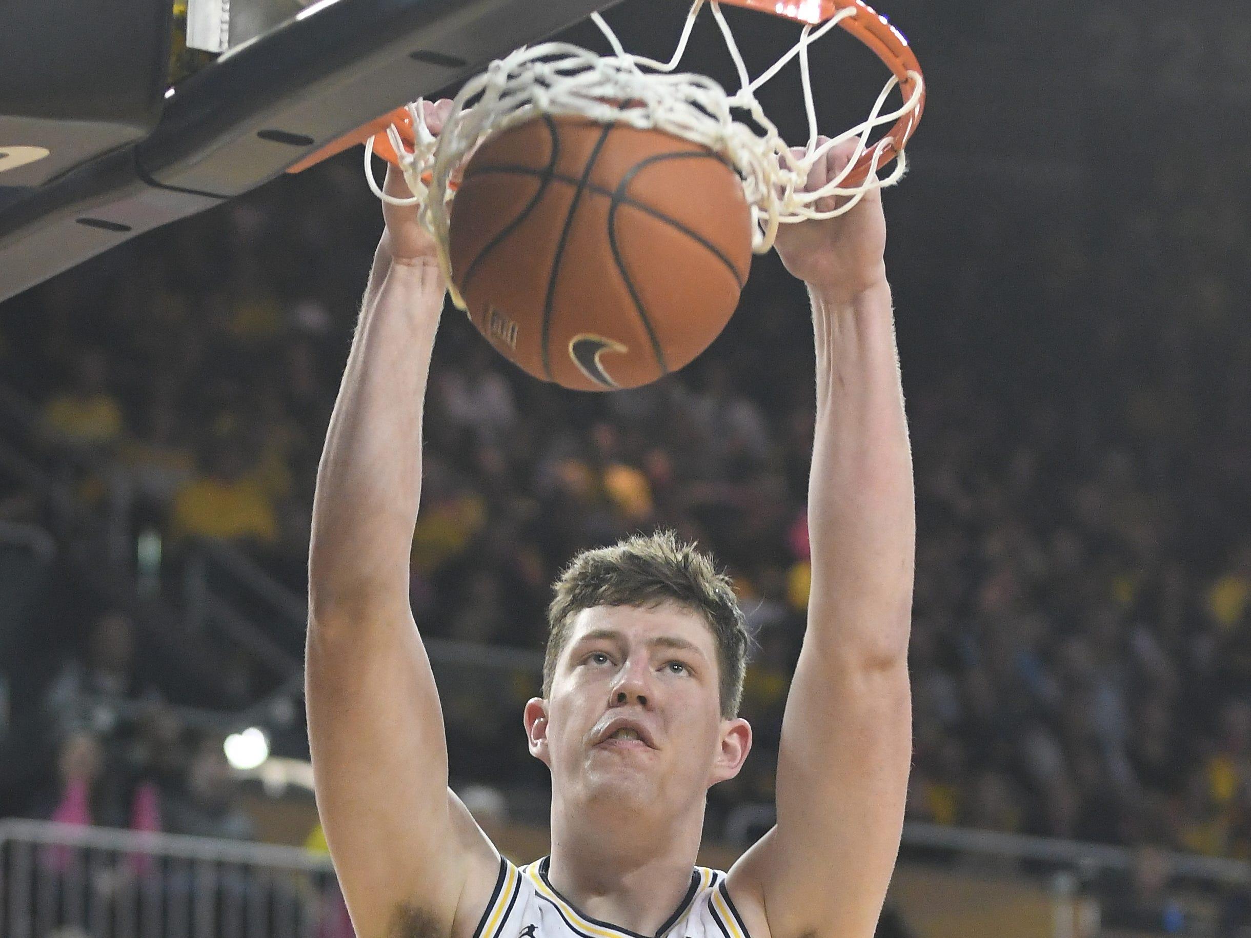 Michigan's Jon Teske slams home a dunk in the second half.