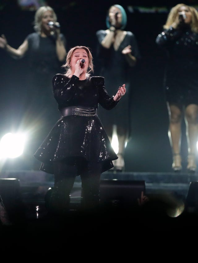 Kelly Clarkson covers Lady Gaga, honors MIlwaukee bus driver at